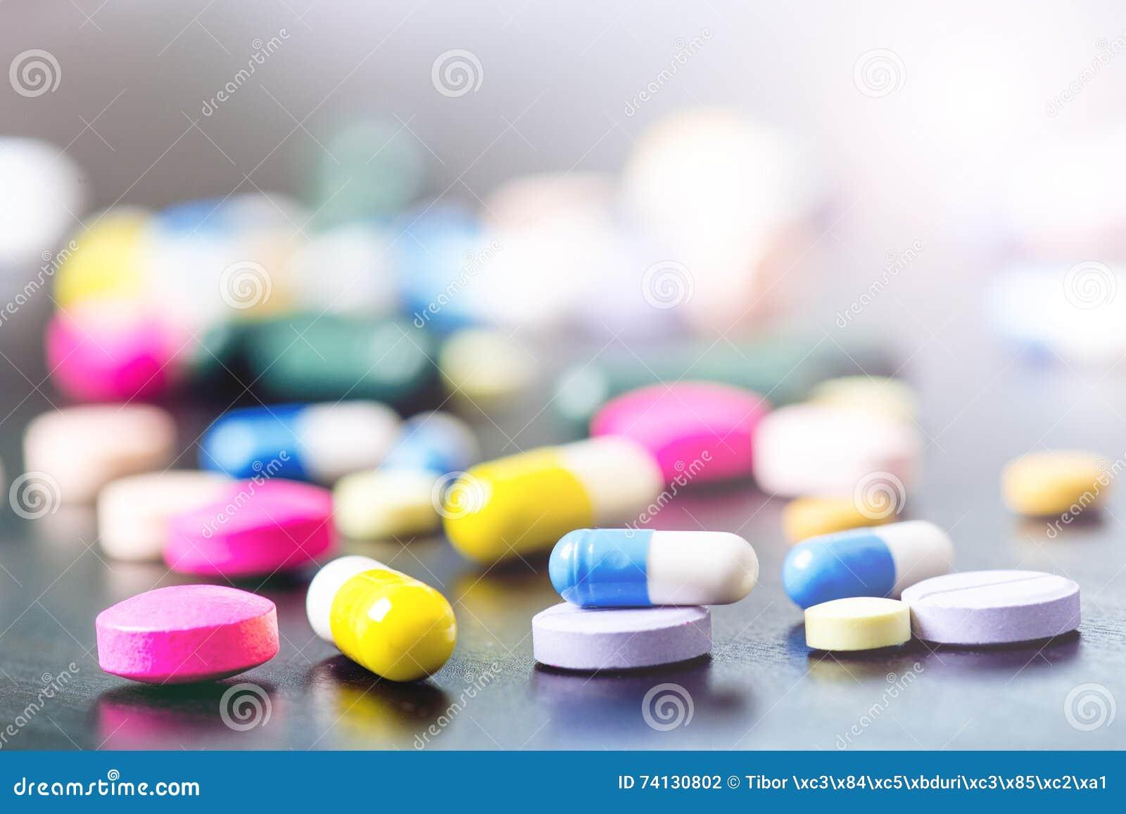 Fundo da farmácia em uma tabela preta Tabuletas em um fundo preto Comprimidos Medicina e saudável Feche acima das cápsulas Differ