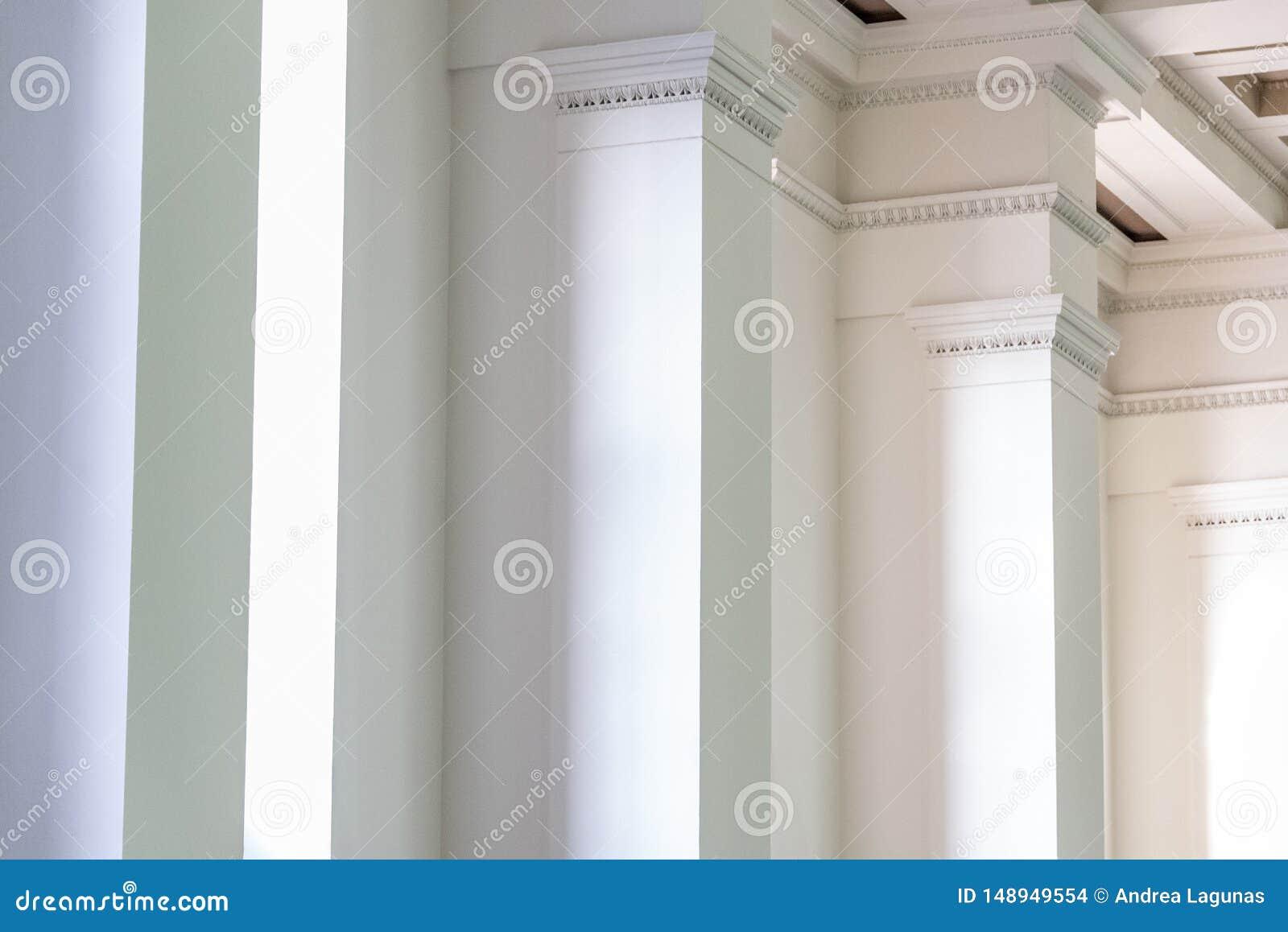 Fundo da parede interior com as colunas brancas na fileira