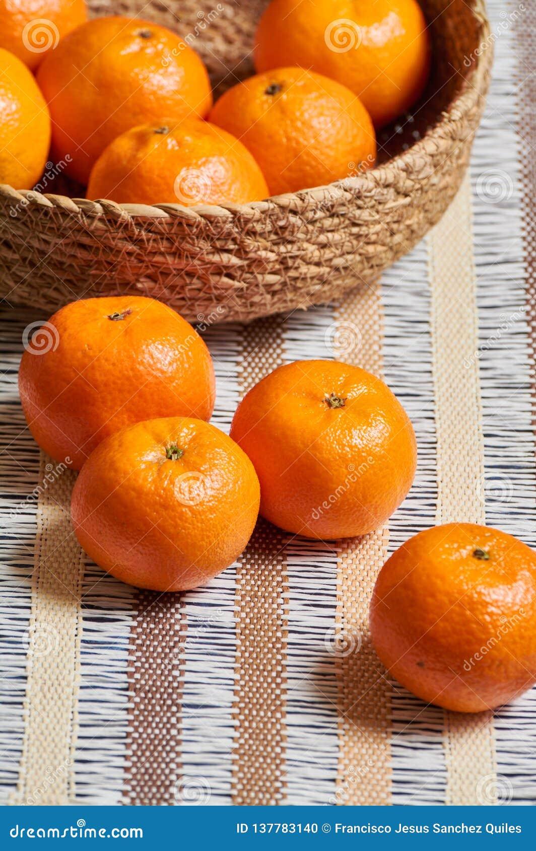 Fundo da toalha de mesa do artesão da cesta da tangerina
