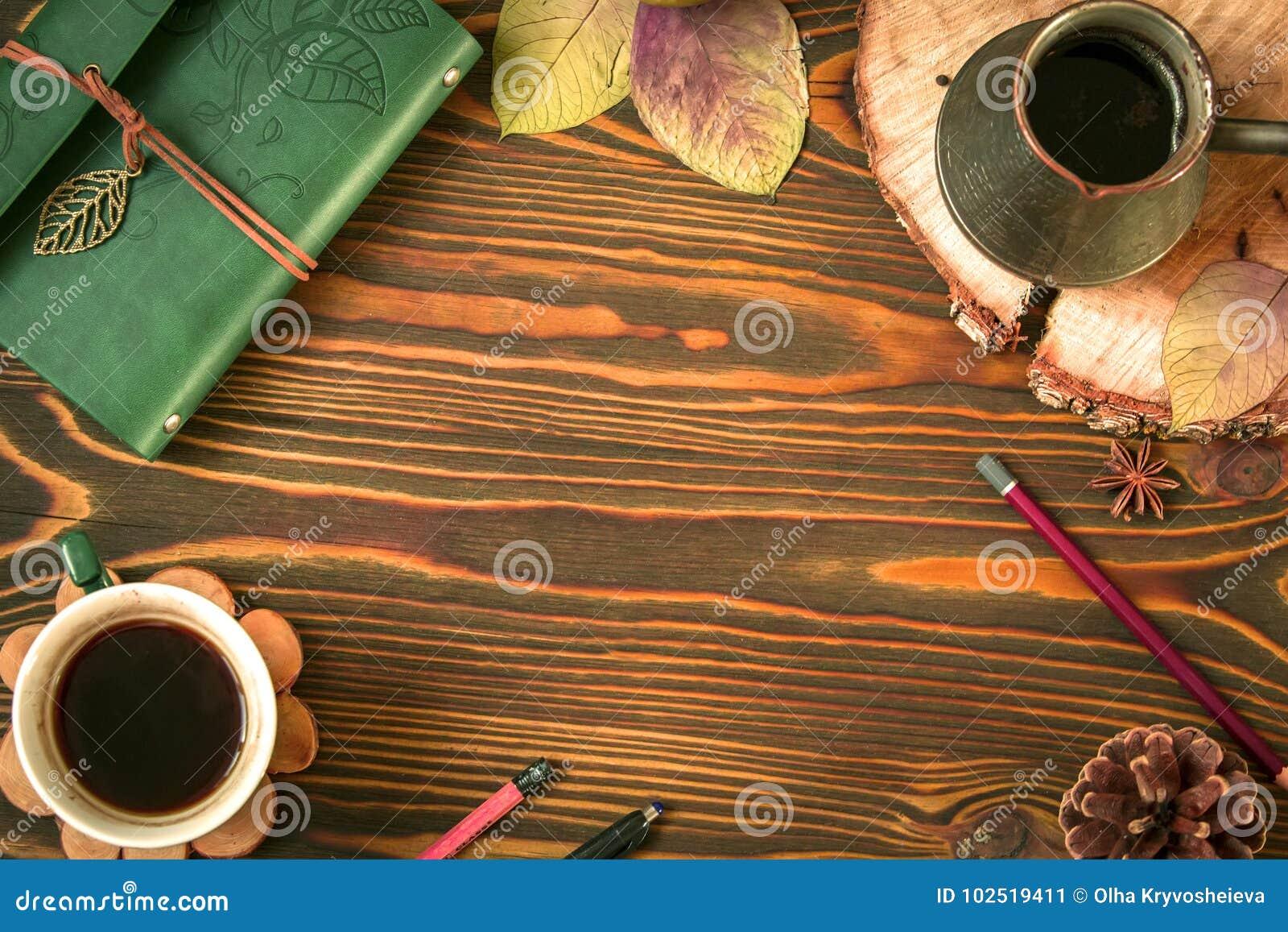 Fundo de madeira do outono vazio que consiste na leiteria, cofee, ezve do  de Ñ, cone, folhas de outono, pena Lápis Vista superi