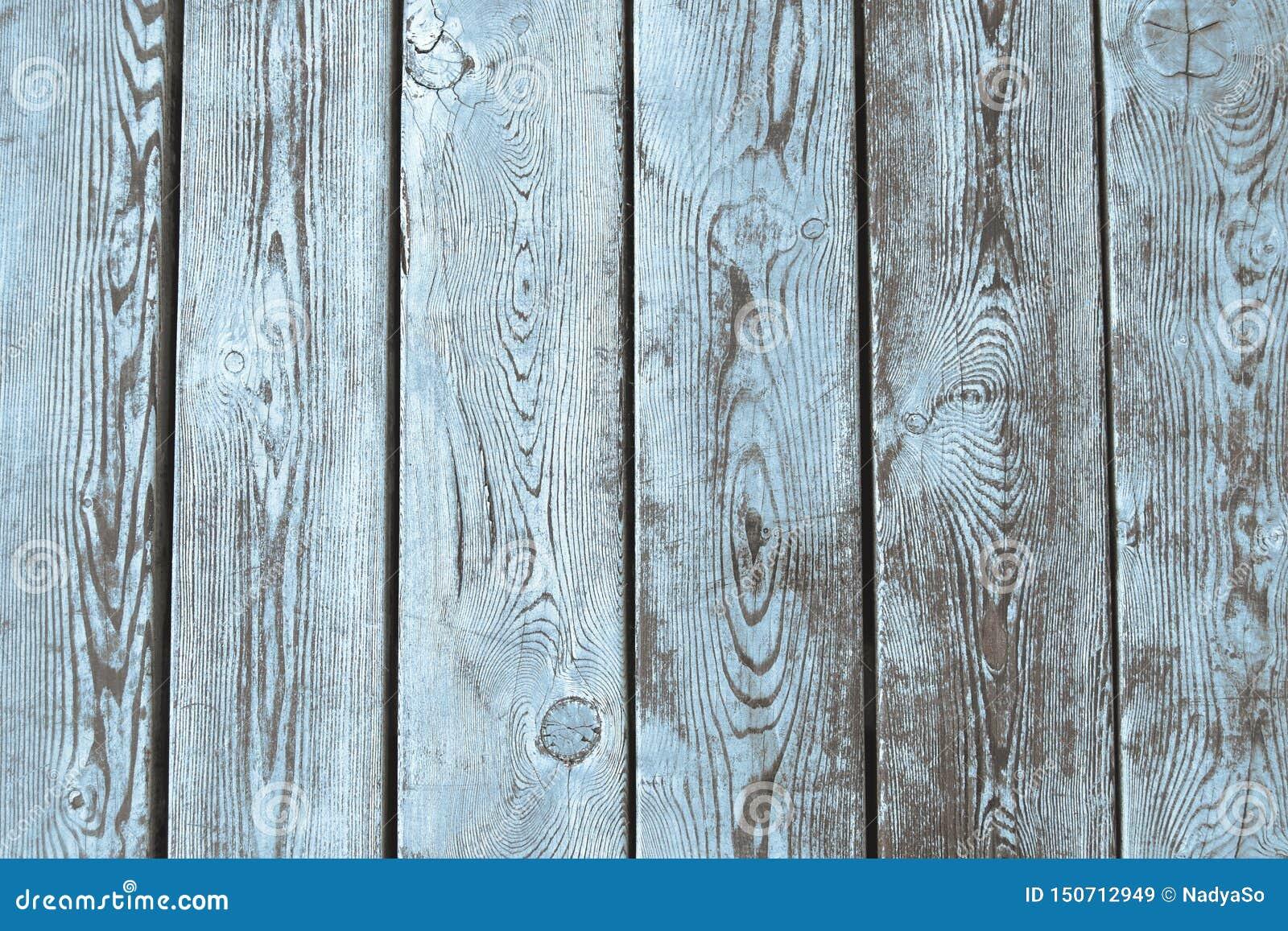 Fundo de madeira molhado das pranchas com claro - pintura azul