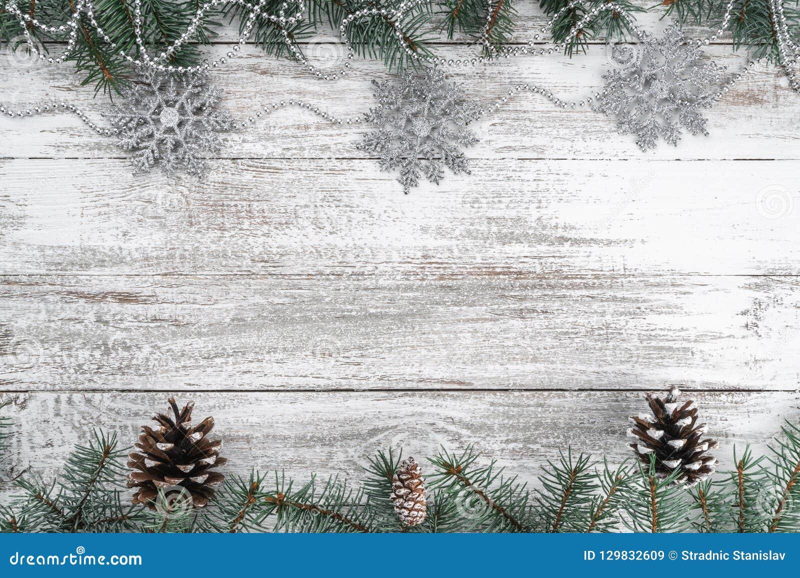 Fundo de madeira velho do Natal Festões e flocos de neve Filiais e cones do abeto Cartão do Xmas Vista superior