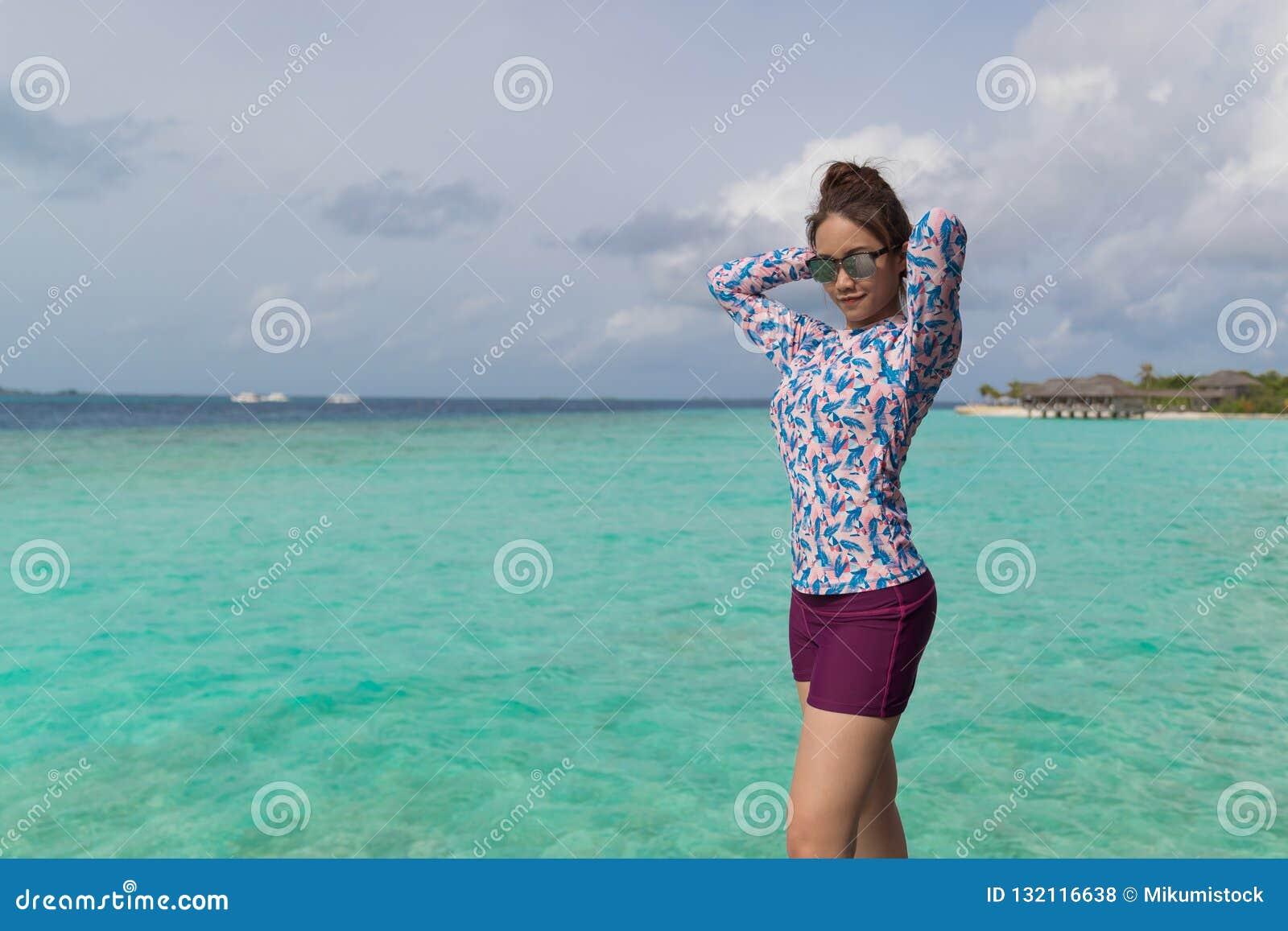 Fundo de viagem enjoyful do mar da mulher bonita asi?tica