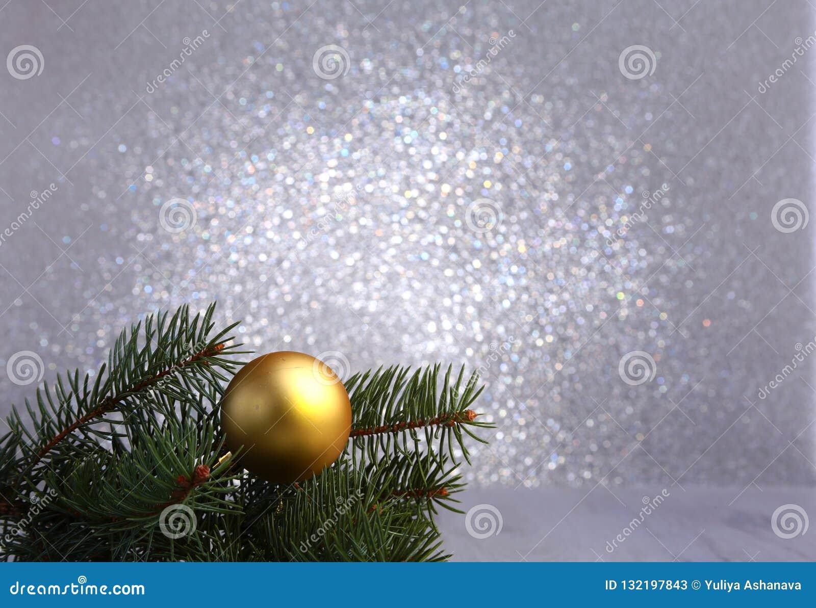 Fundo decorativo com ramos do abeto e bolas do ouro na prata Conceito do feriado do cartão de Natal