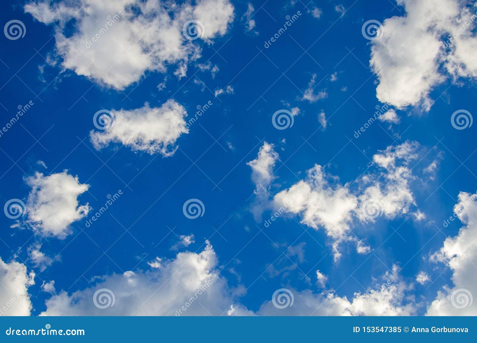 Fundo do céu azul com as nuvens brancas abstratas