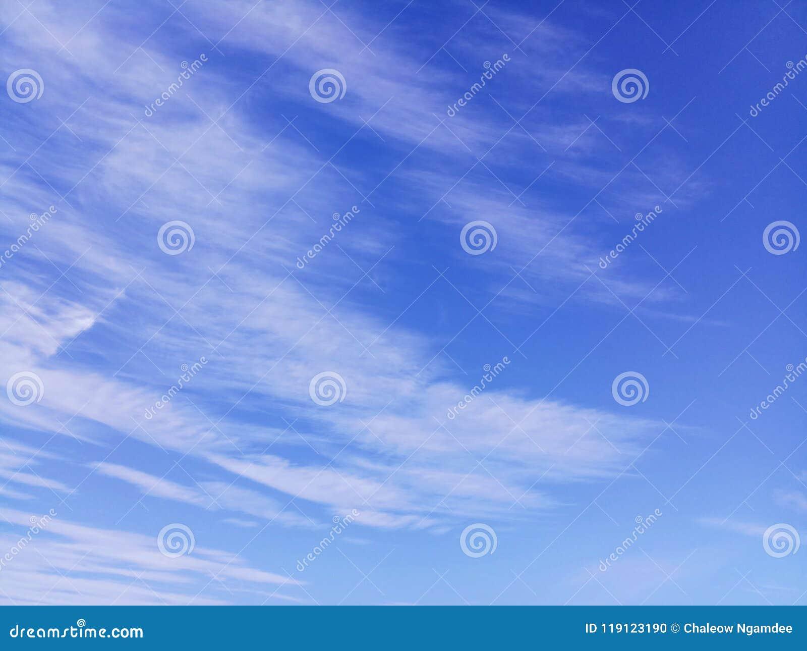 Fundo do céu azul com nuvens brancas