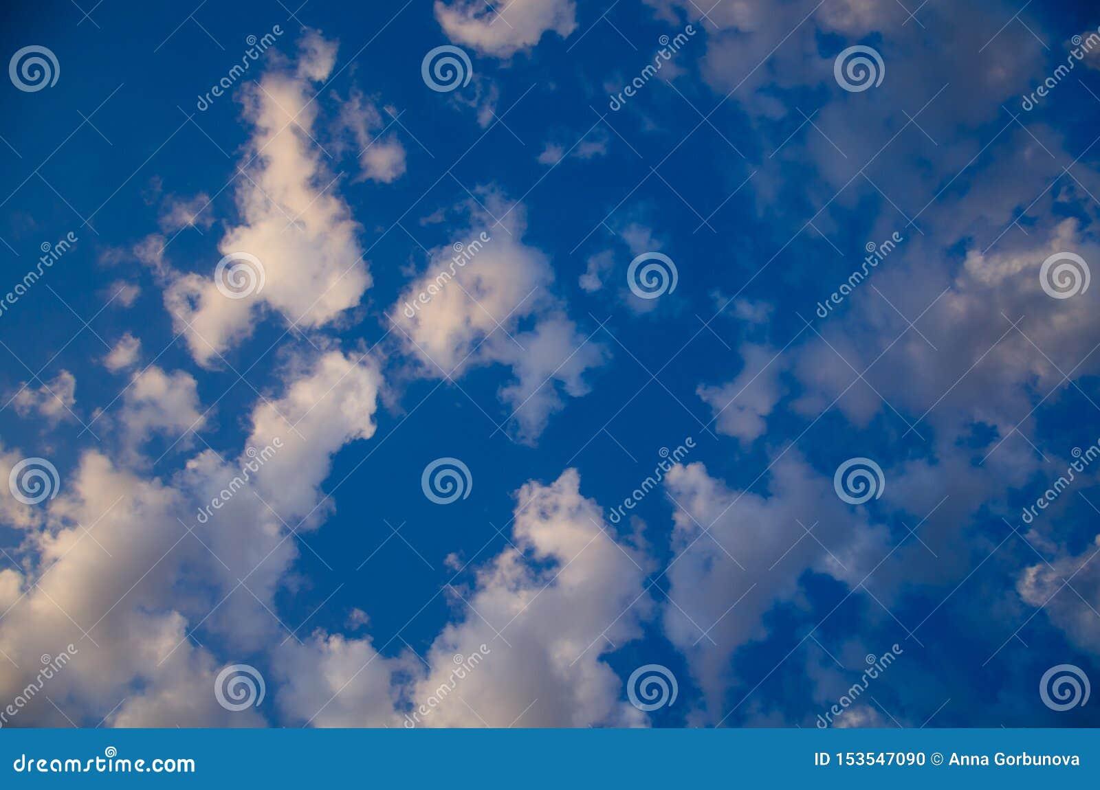 Fundo do céu azul com nuvens coloridas