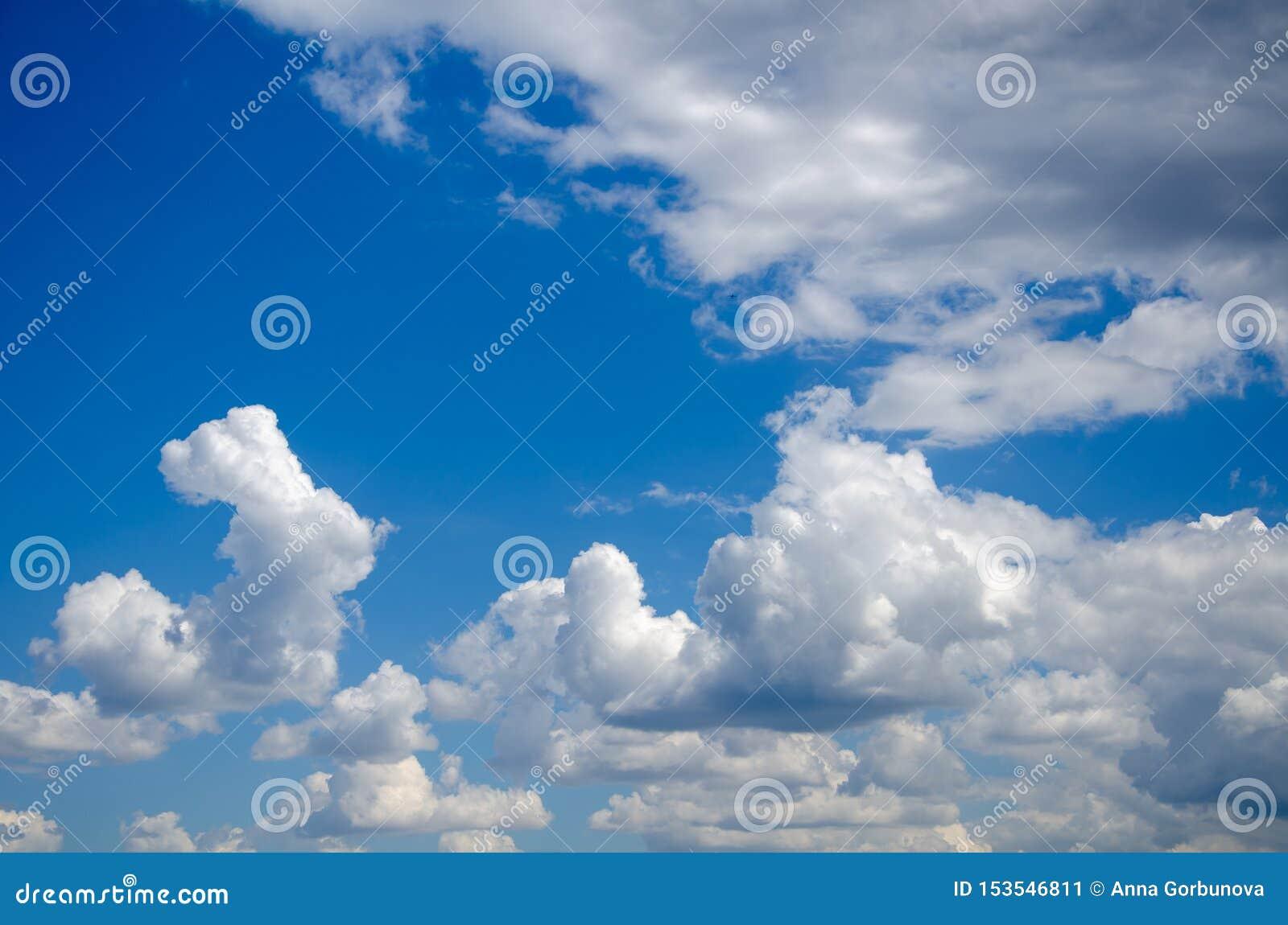 Fundo do c?u azul com nuvens macias