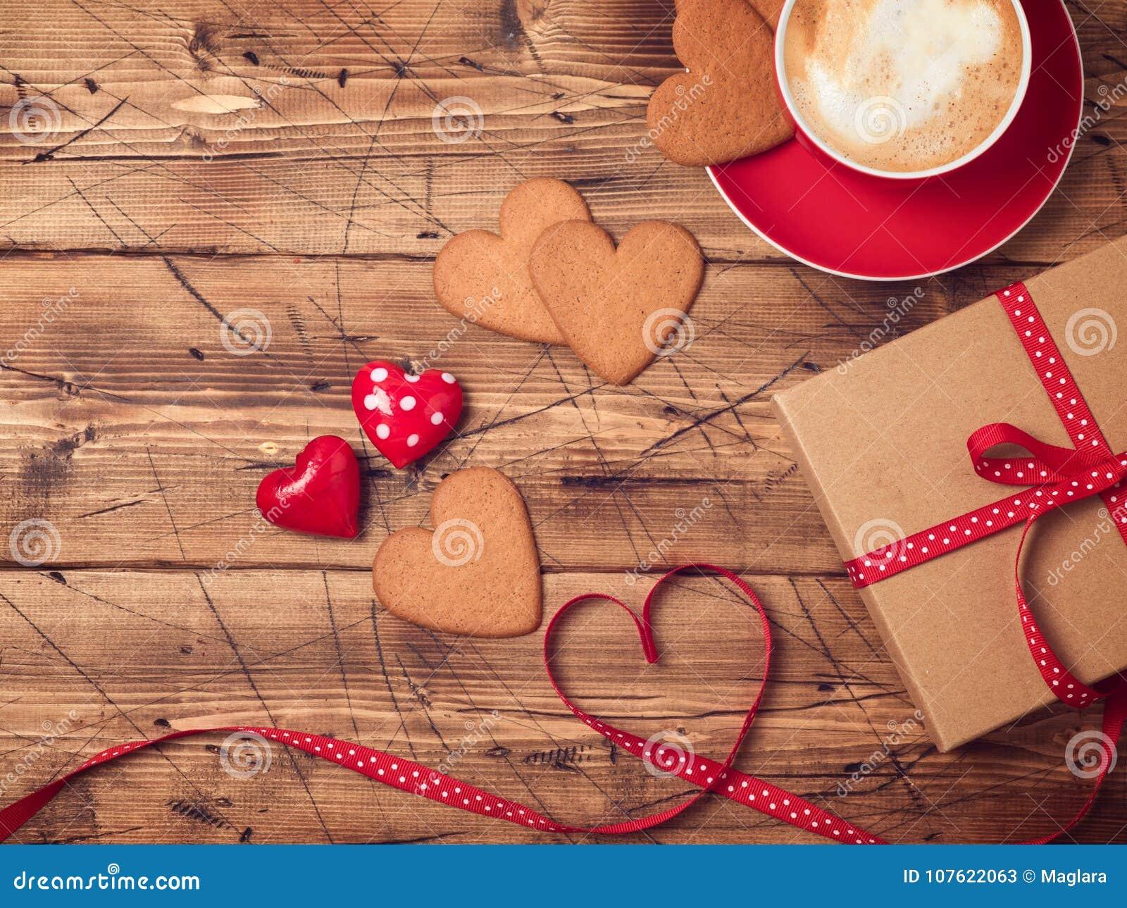 Fundo do dia de Valentim com copo de café, cookies da forma do coração e caixa de presente