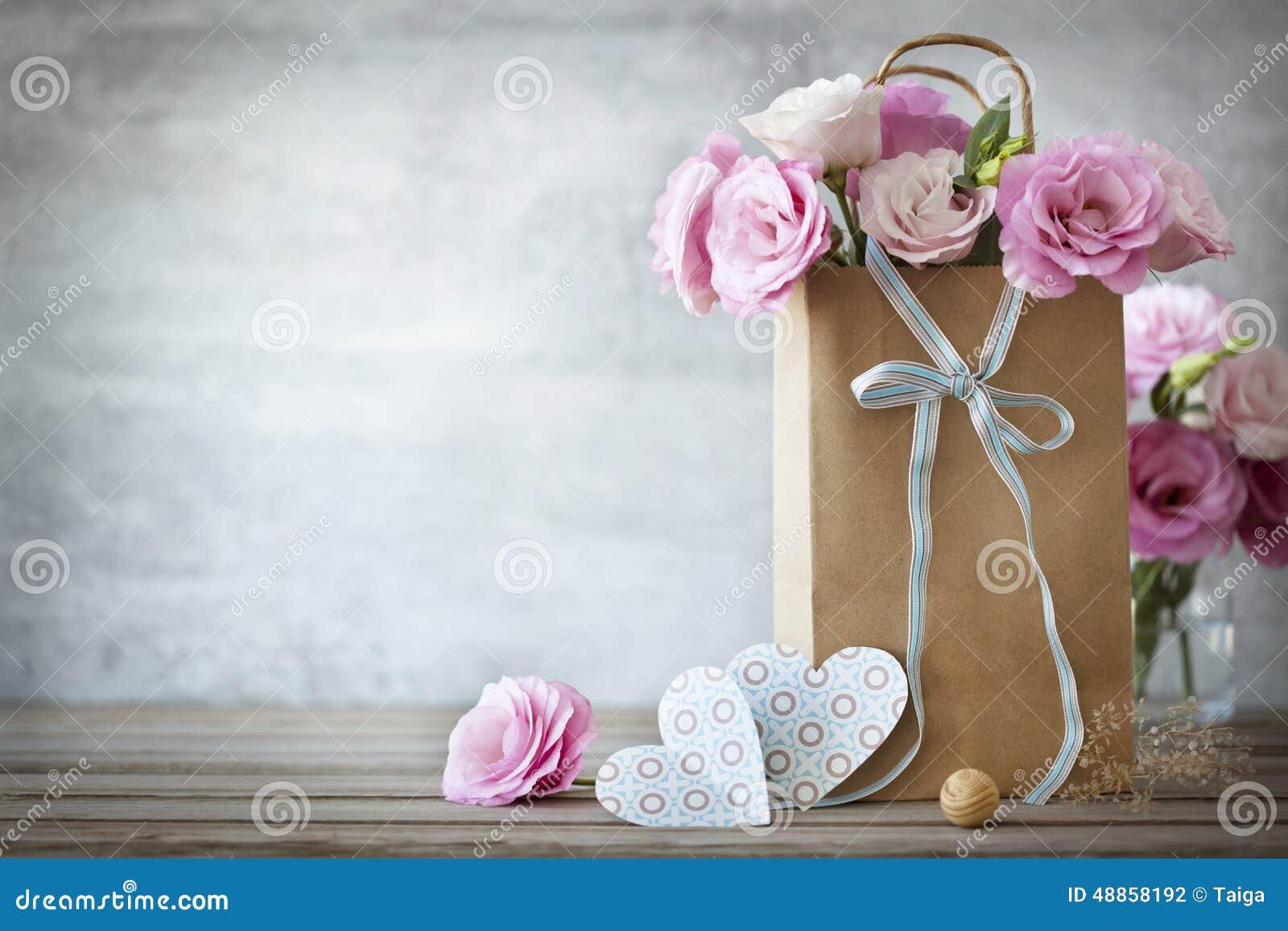 Fundo do dia de Valentim com flores e corações das rosas
