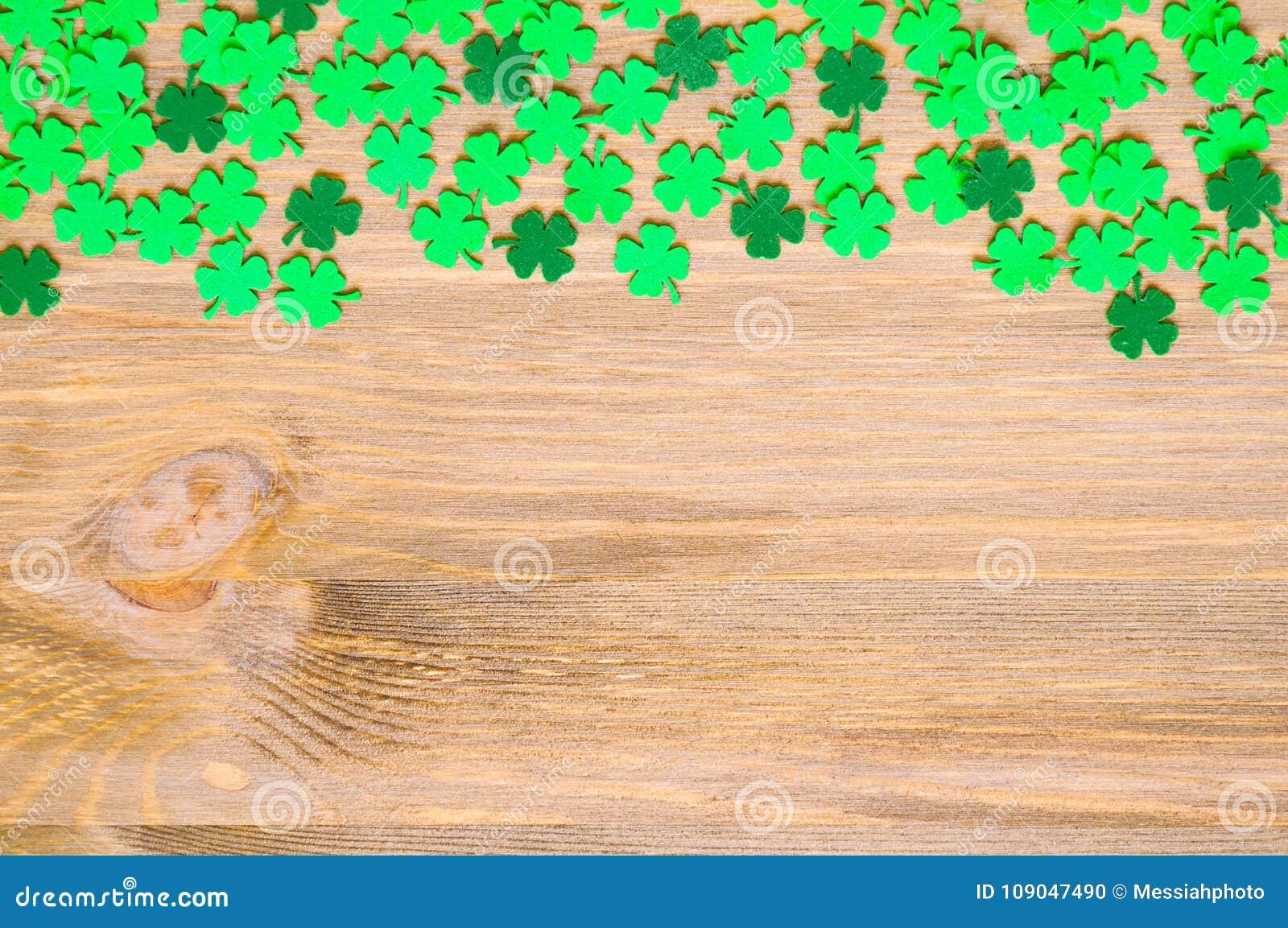 Fundo do dia do ` s de St Patrick, uma beira lateral com quatrefoils verdes e espaço para o texto