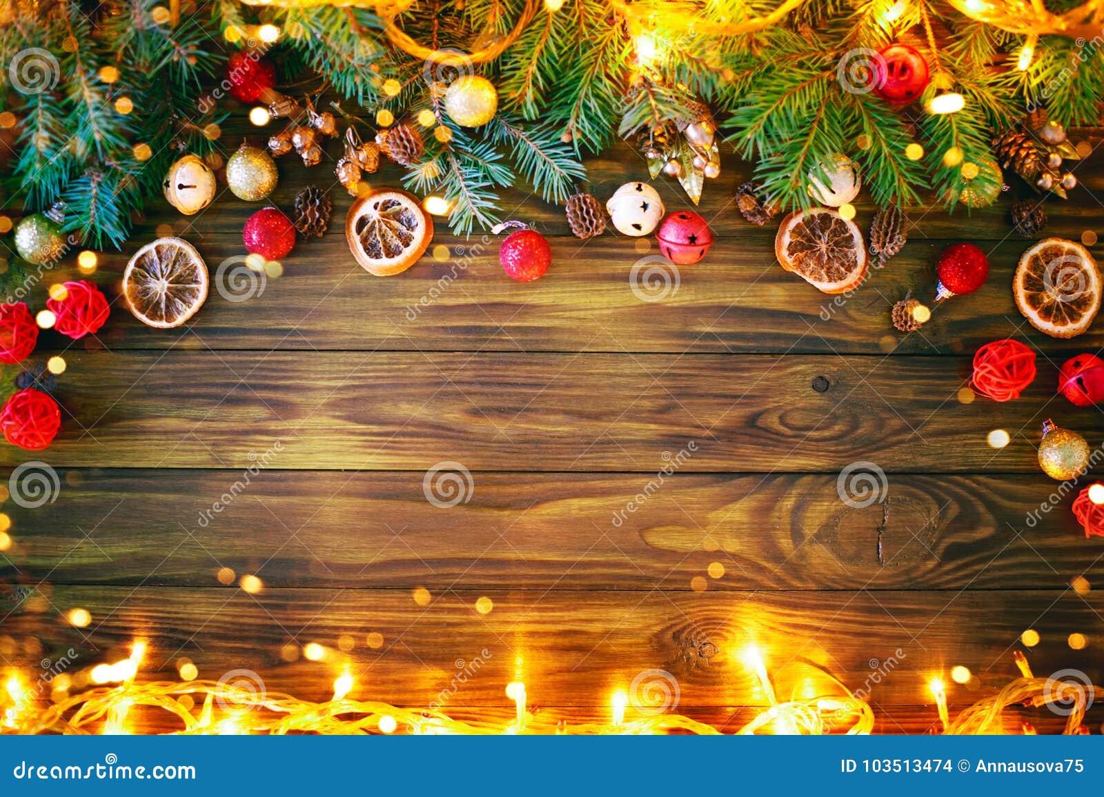 Fundo do inverno do Natal, uma tabela decorada com ramos do abeto e decorações Ano novo feliz Feliz Natal