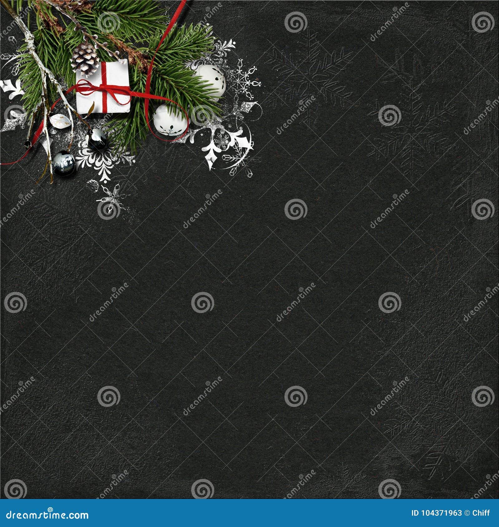 Fundo do Natal com árvore de abeto e decorações no woode escuro