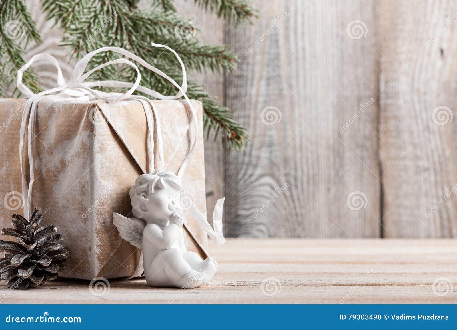 Fundo do Natal com caixa de presente e pouco anjo