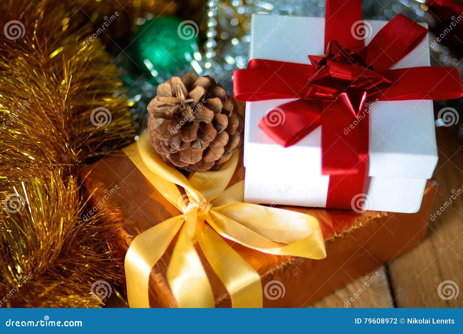 Fundo do Natal do ouro de luzes de-focalizadas com árvore decorada