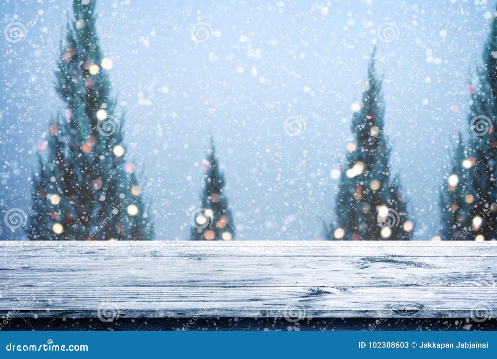 Fundo do Natal e do ano novo com a tabela de madeira da plataforma sobre a árvore de Natal,