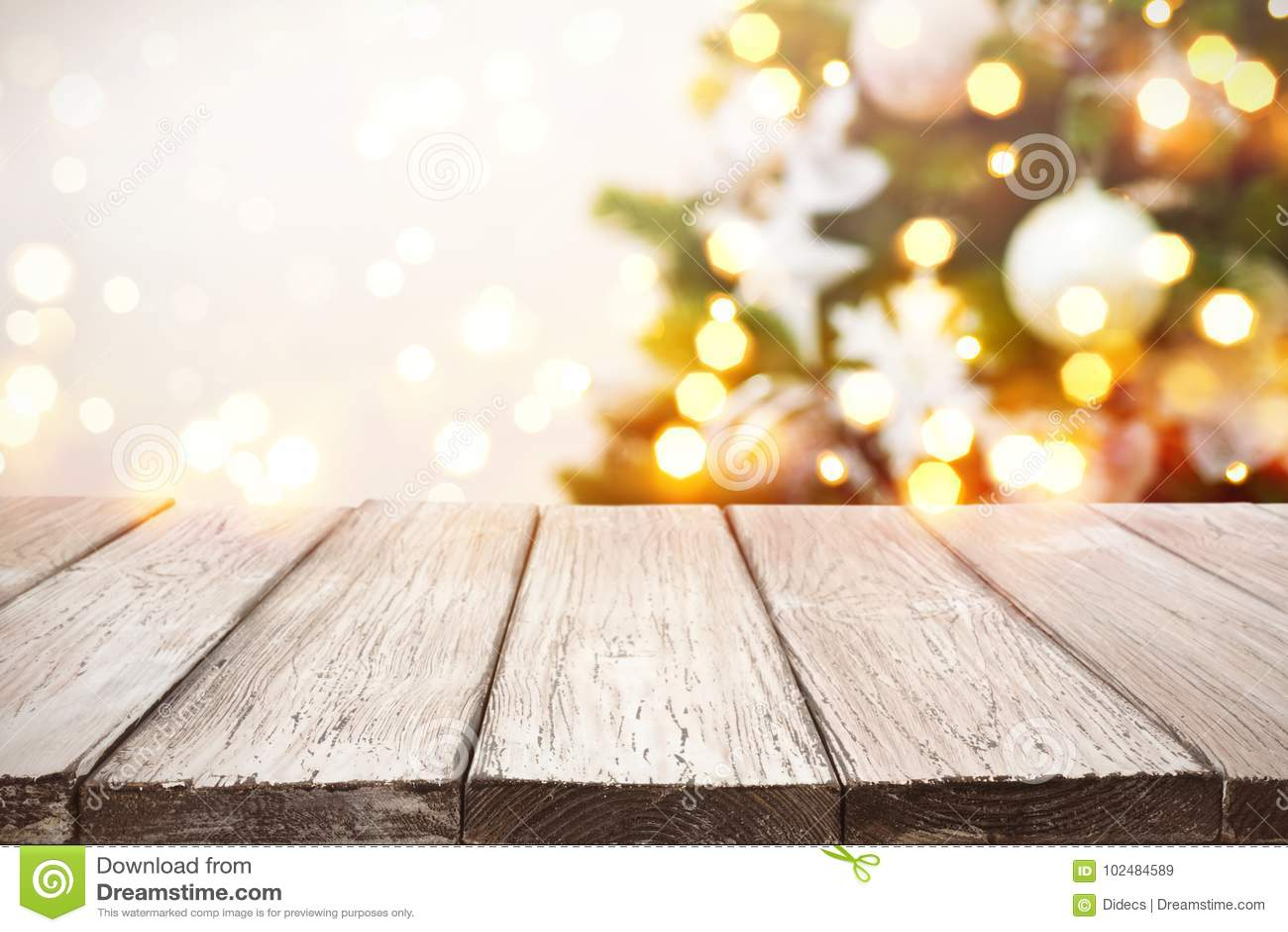 Fundo do Natal Pranchas de madeira sobre luzes borradas da árvore do feriado