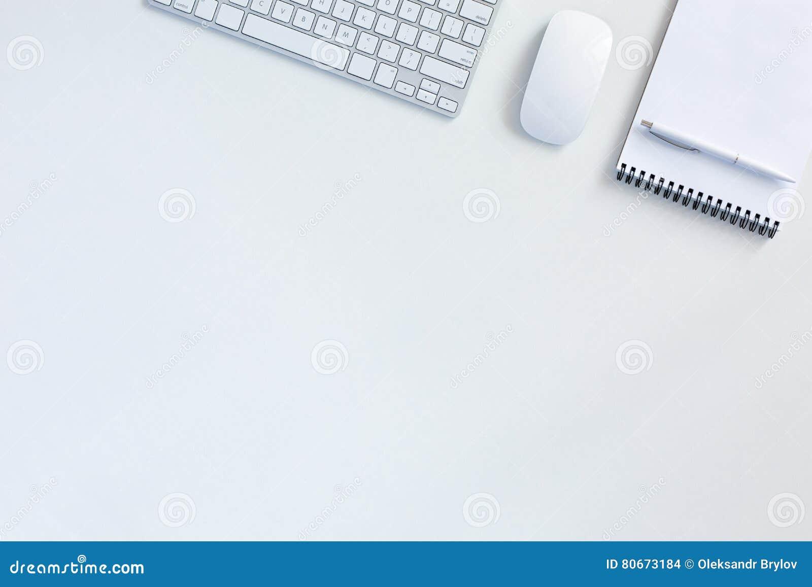 Fundo do negócio na tabela branca com o bloco de notas do rato do teclado