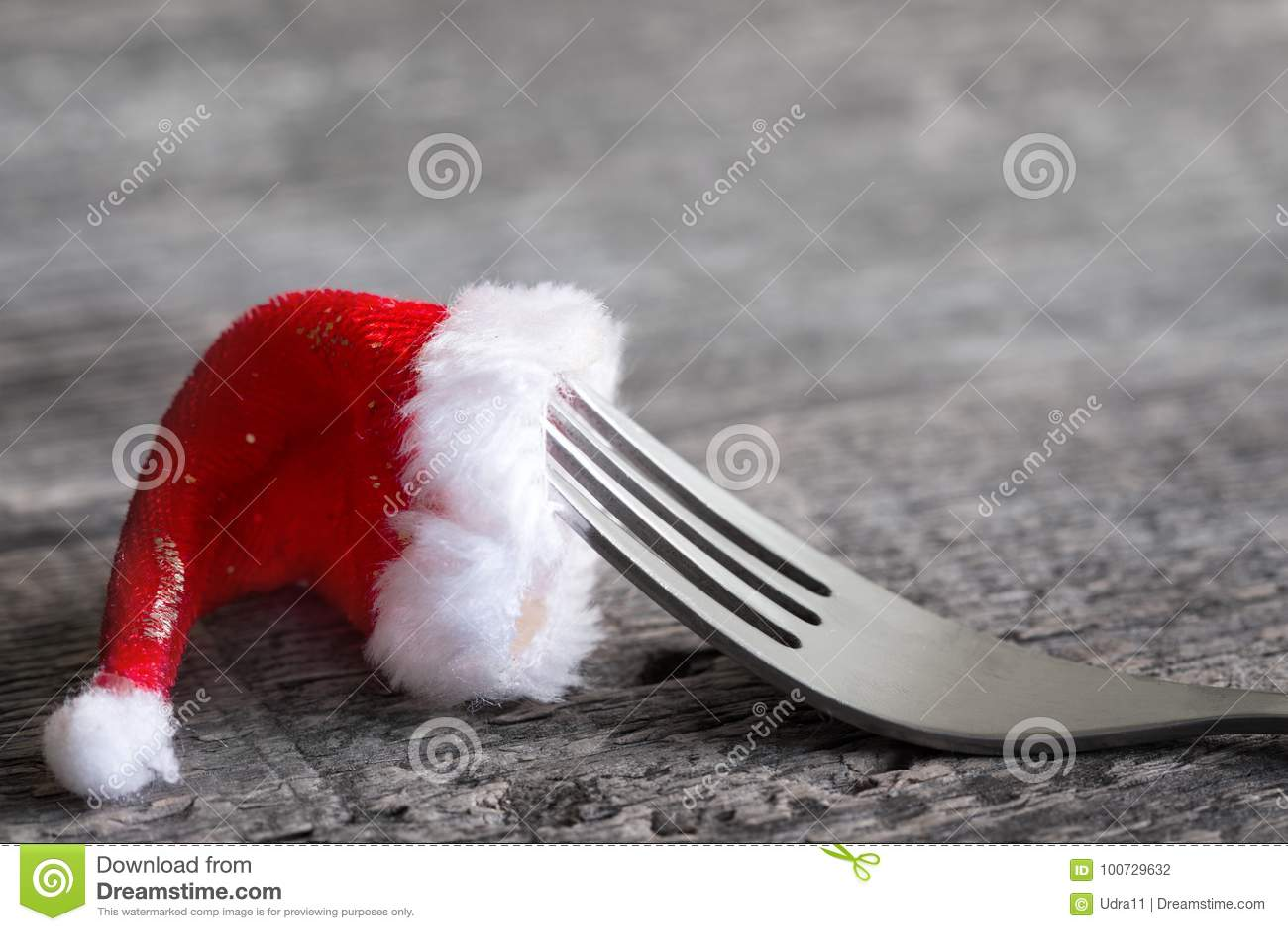 Fundo do sumário do menu do alimento do Natal com forquilha e chapéu de Papai Noel na tabela