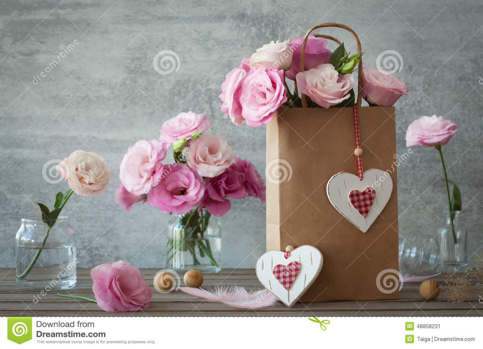 Fundo do vintage do casamento com flores e corações cor-de-rosa