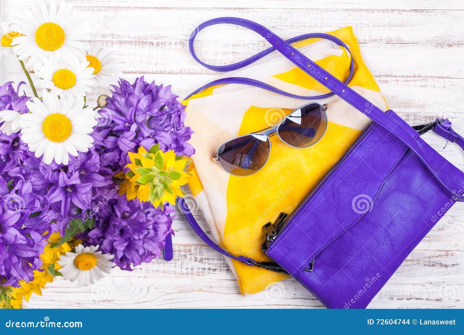 Fundo dos acessórios da mulher com bolsas, lenço de pescoço, óculos de sol e 64deadb1f2
