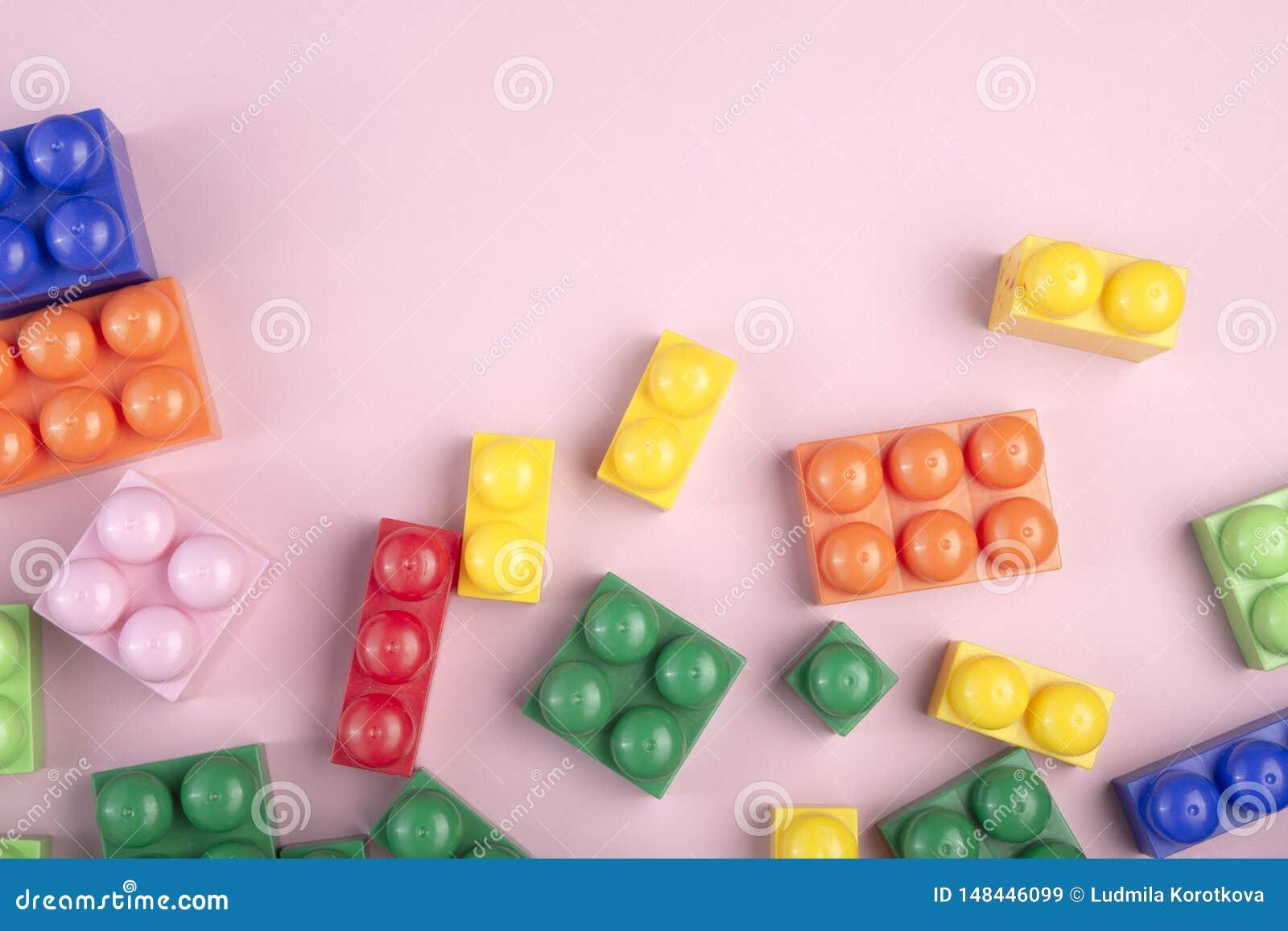 Fundo dos brinquedos das crian?as com os blocos coloridos que colocam na tabela cor-de-rosa Copie o espa?o para o texto