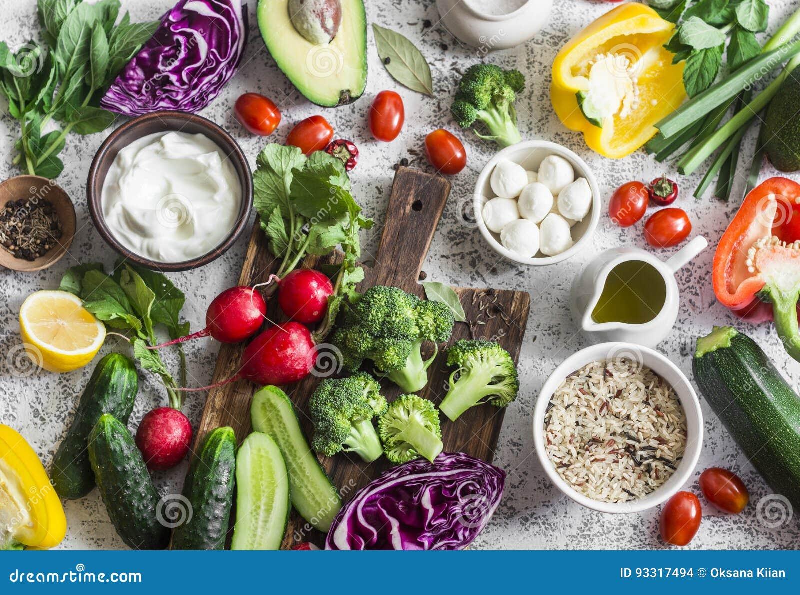 Fundo equilibrado do alimento da dieta saudável em um estilo mediterrâneo Legumes frescos, arroz selvagem, iogurte fresco e queij