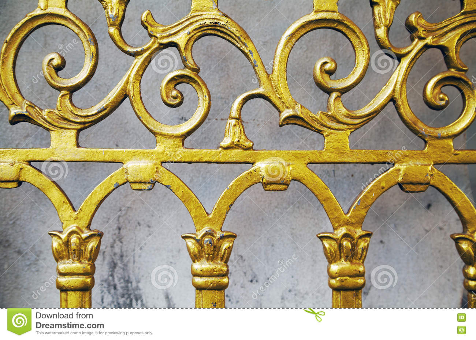 Fundo feito velho do close-up da cerca do ouro Porta dourada forjada do teste padrão bonito ornamentado