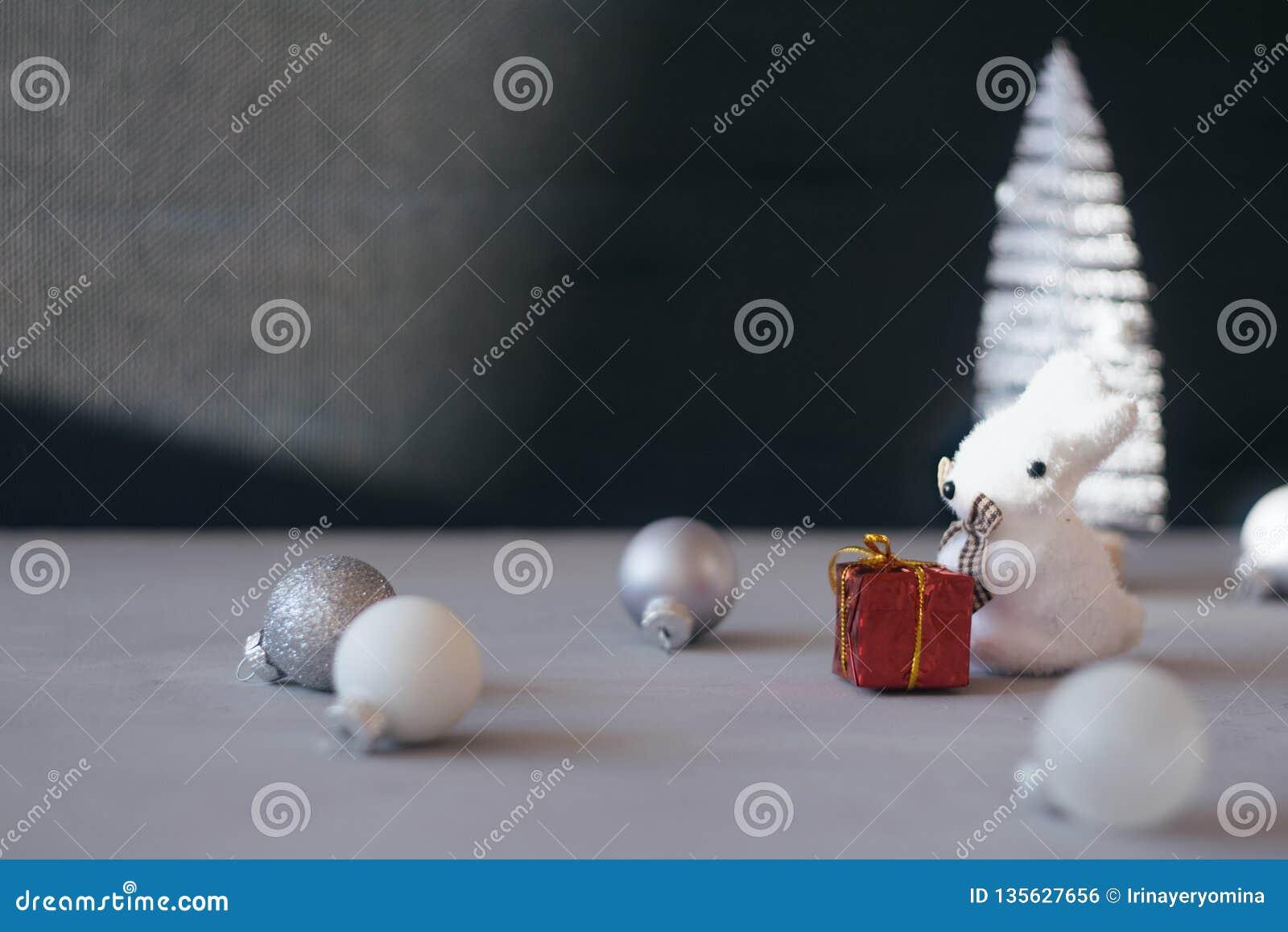 Fundo festivo do inverno do presente do Natal mínimo moderno Árvore ascendente próxima do White Christmas, bola de prata do ornam