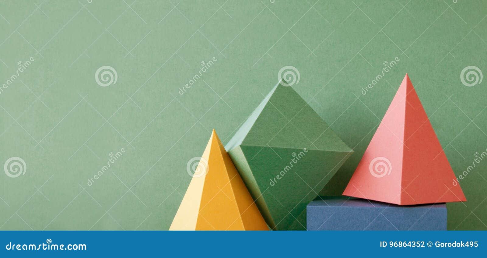 Fundo geométrico abstrato colorido com figuras contínuas tridimensionais Cubo retangular de prisma da pirâmide arranjado sobre