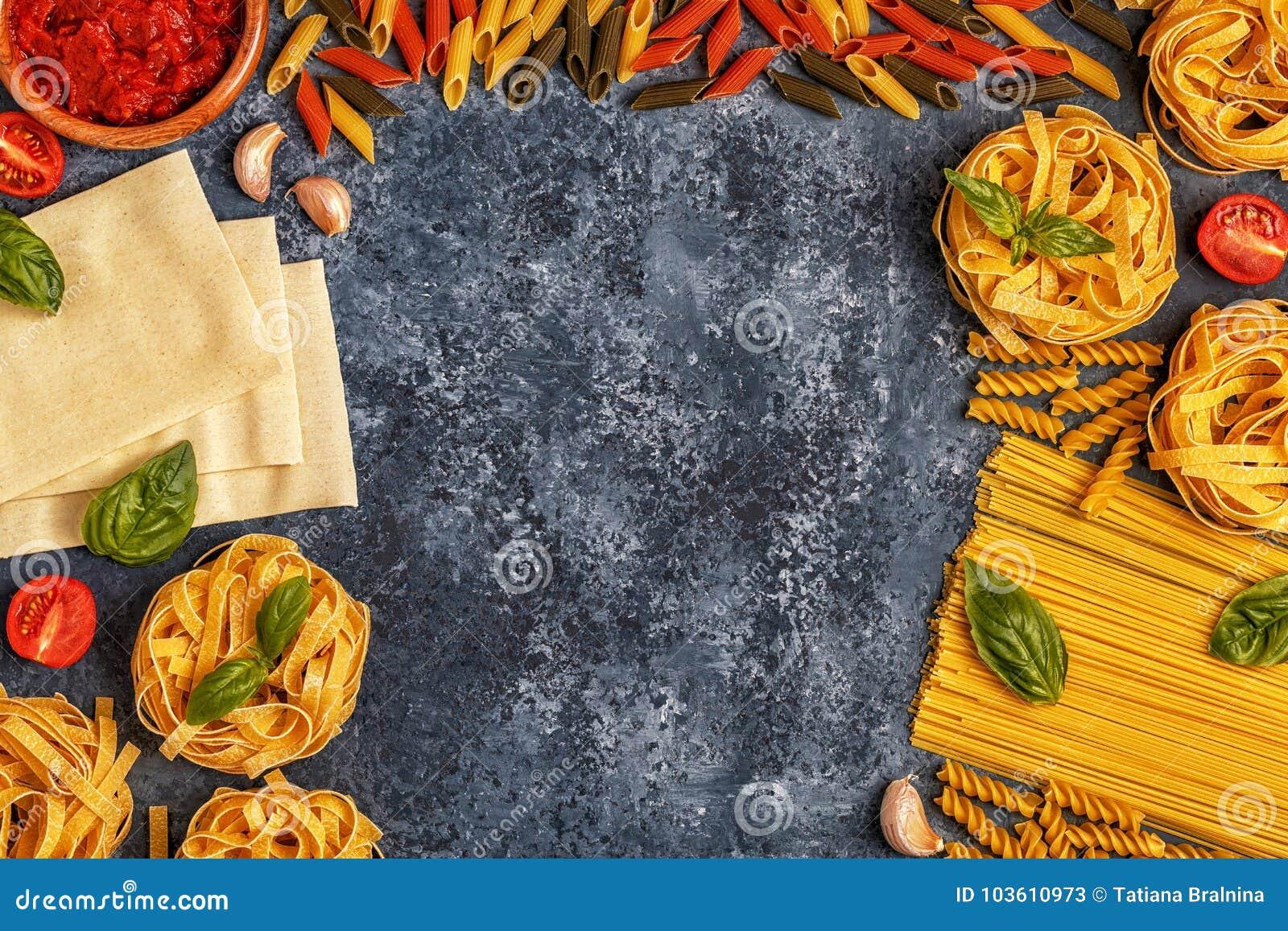 Fundo italiano do alimento com massa, especiarias e vegetais