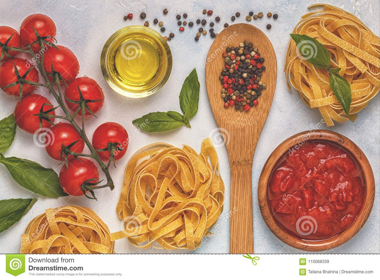Fundo italiano do alimento com massa, especiarias e vegetais
