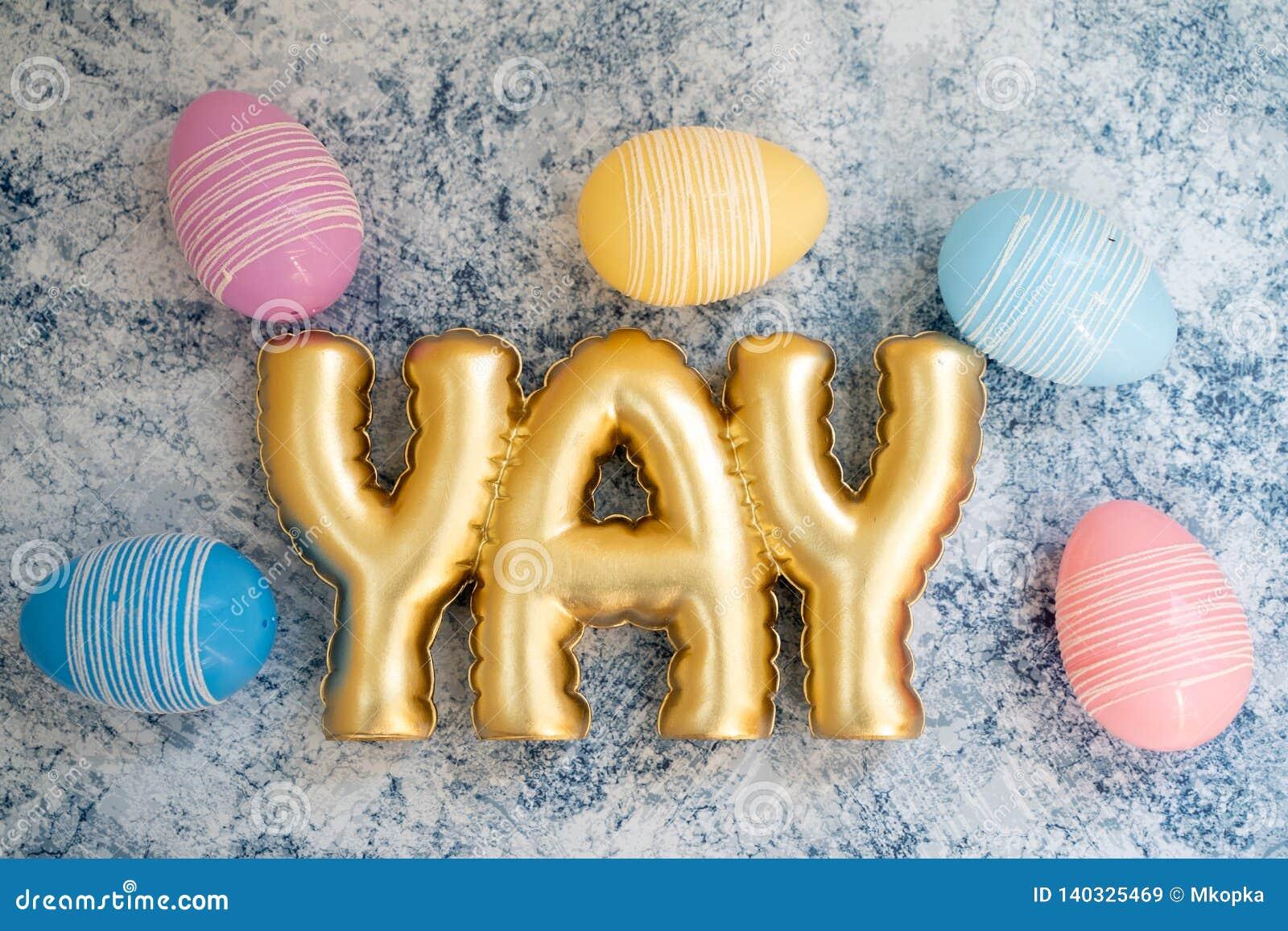 Fundo jovem do ovo da páscoa do divertimento com a palavra YAY na rotulação do ouro Ovos pasteis bonitos