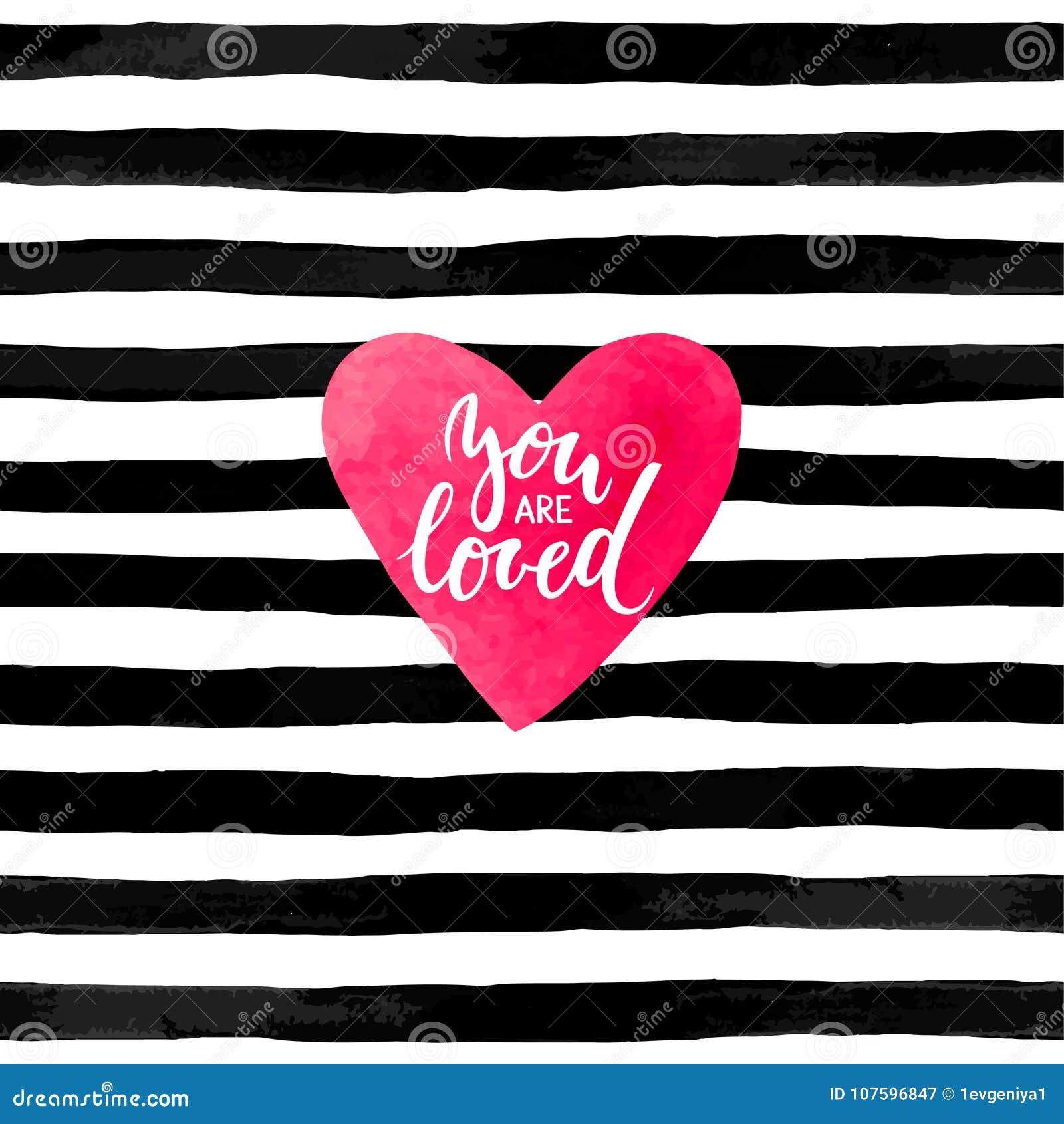 Fundo listrado preto e branco com coração da aquarela Rotulação tirada mão - você é inscrição amada projeto para o gre do feriado