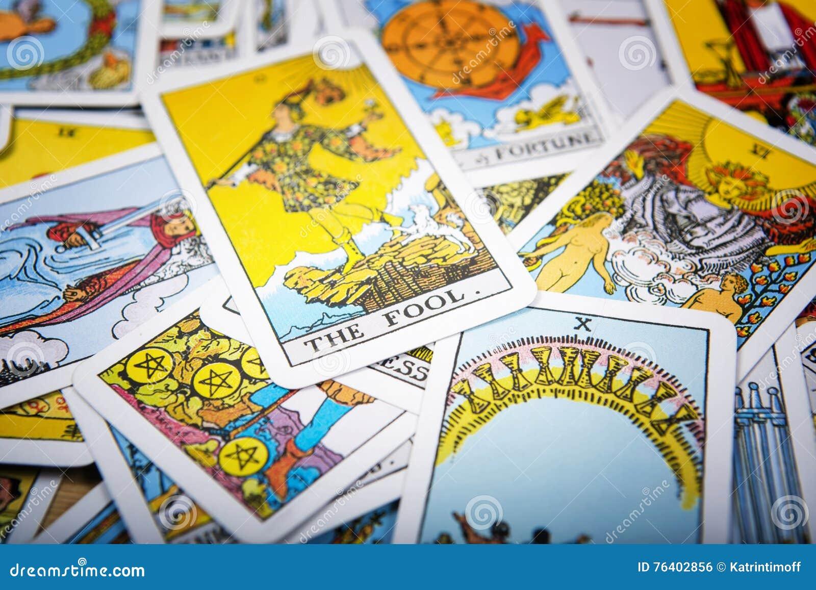 Fundo místico dos cartões de tarô Tolo superior do cartão