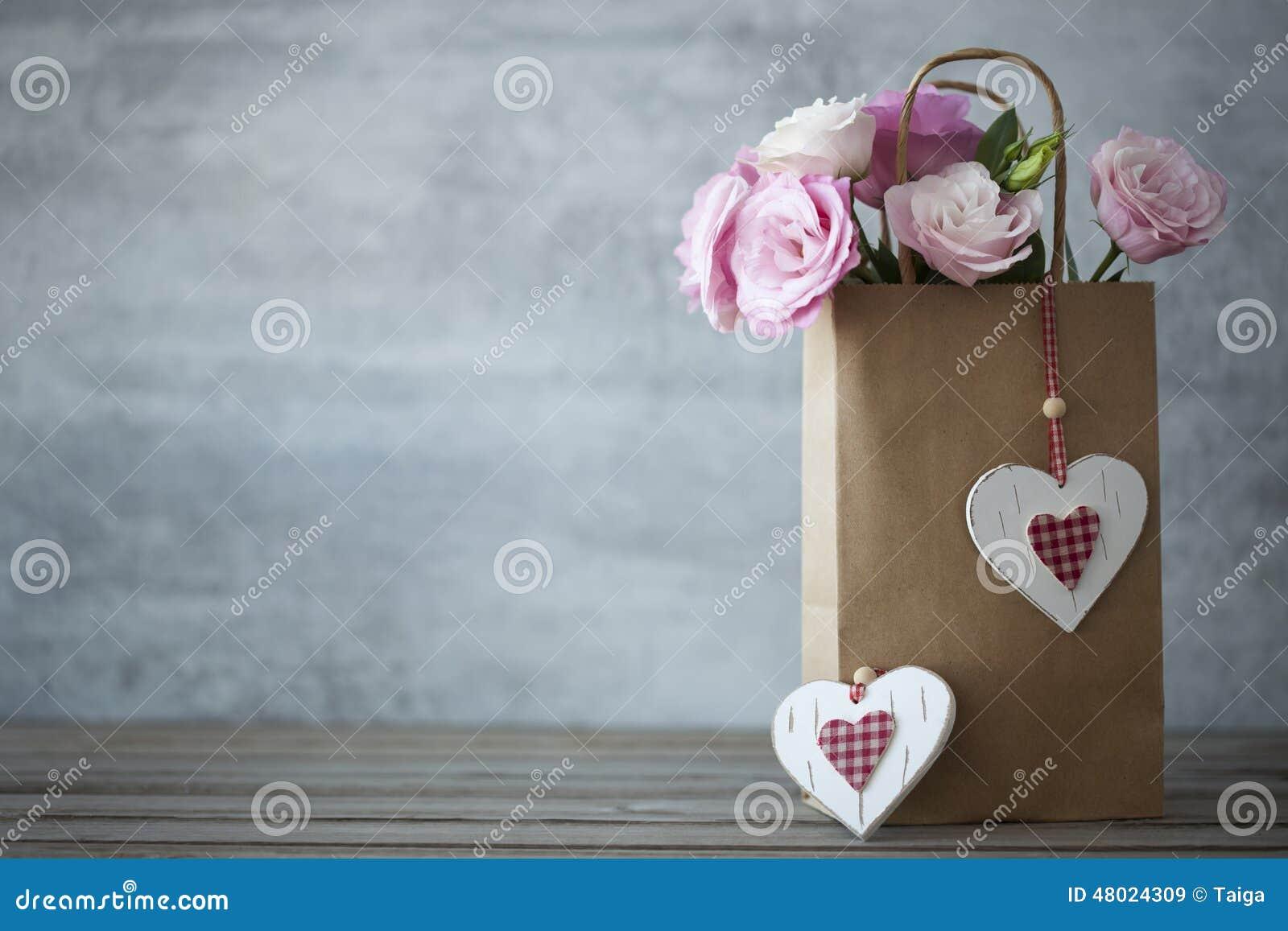 Fundo minimalistic do dia de Valentim do St com flores