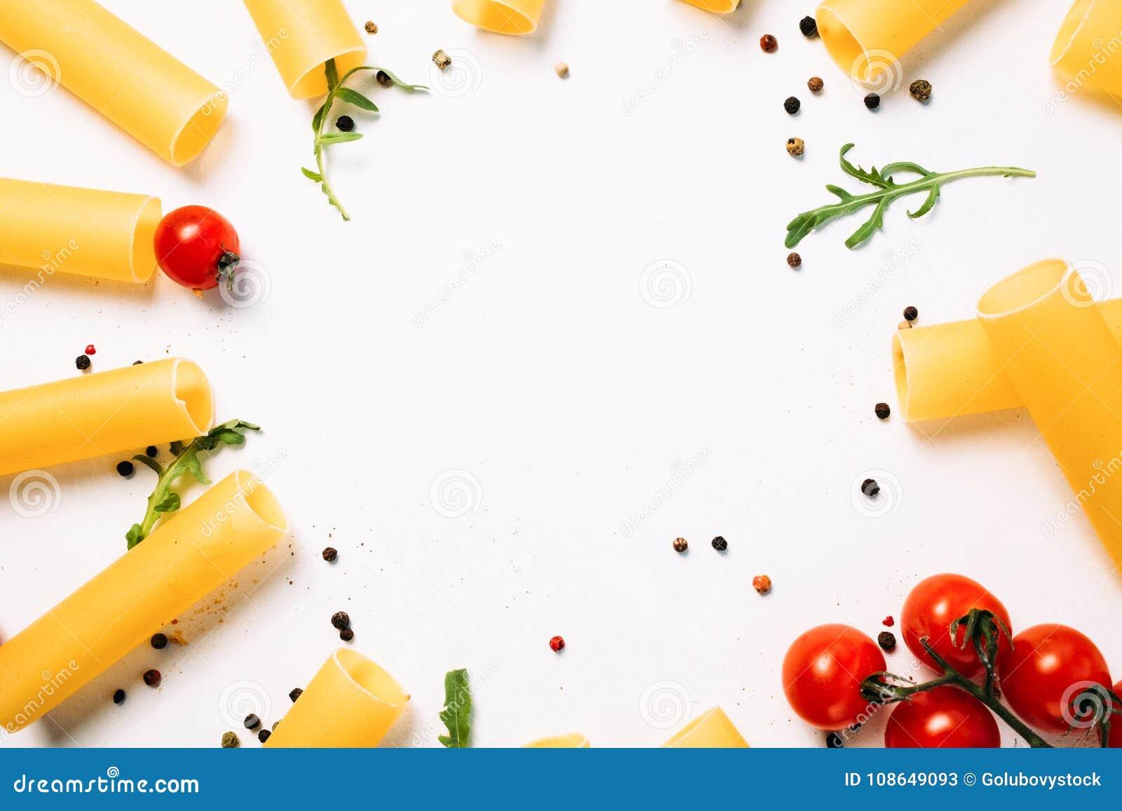 Fundo negativo do branco do alimento do macarrão do espaço
