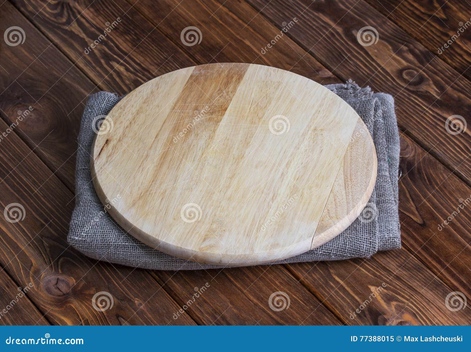 Fundo para a montagem do produto Placa de madeira redonda vazia com toalha de mesa