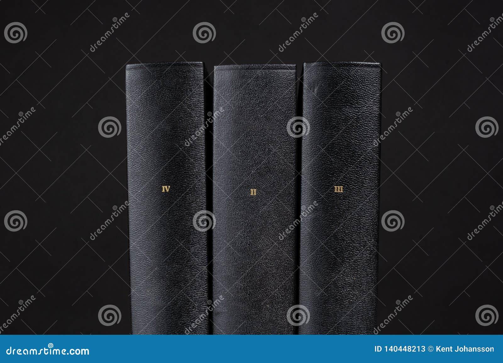 Fundo preto de três livros negros