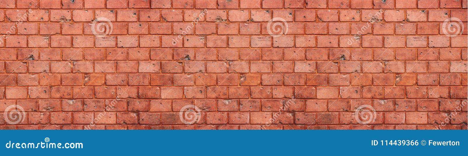 Fundo sujo velho e resistido da textura da parede de tijolo vermelho no formato largo do panorama