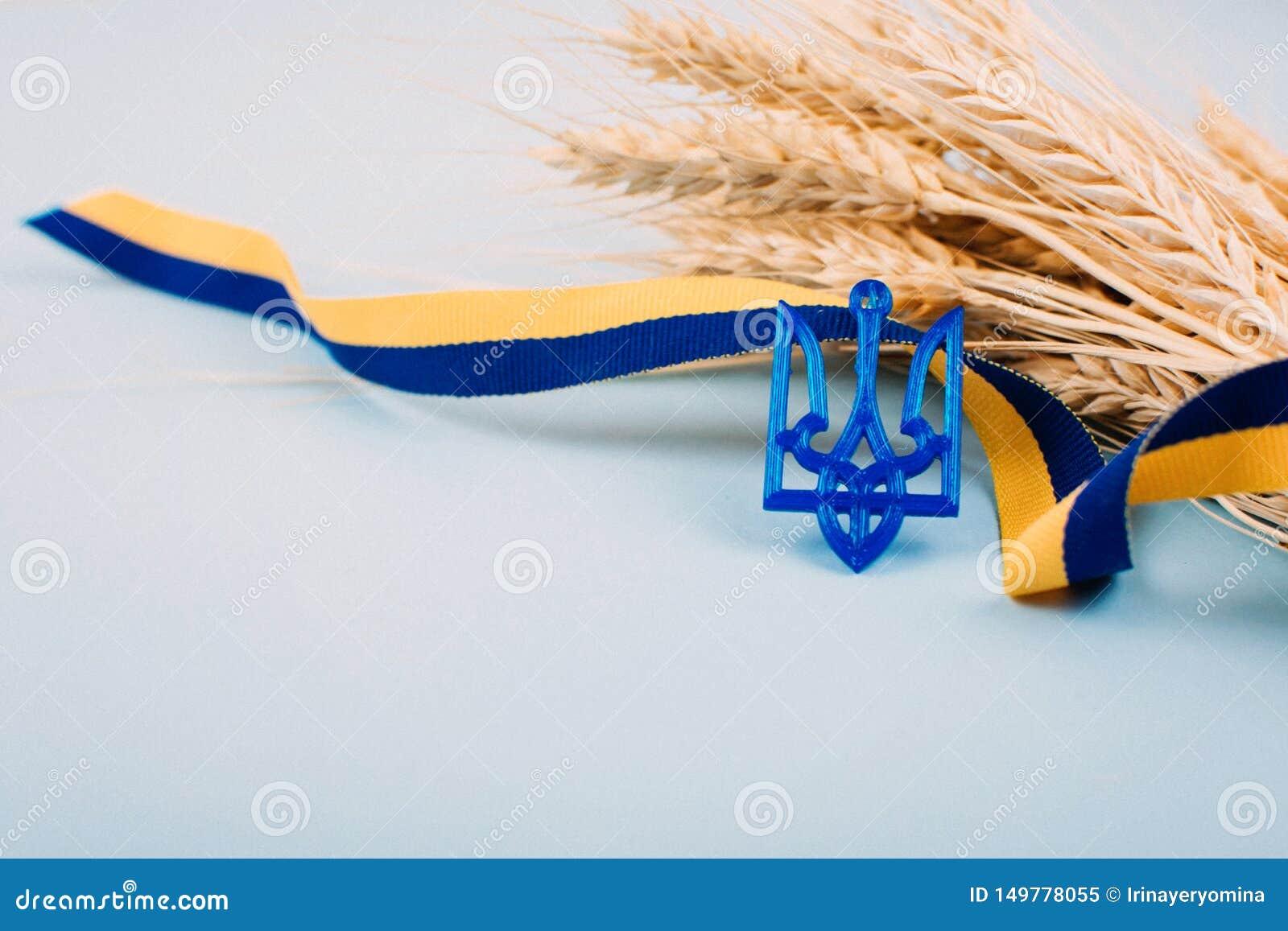 Fundo ucraniano com a fita de símbolos nacionais, de tridente da brasão, amarela e azul, spikelets dourados do trigo no azul 2019