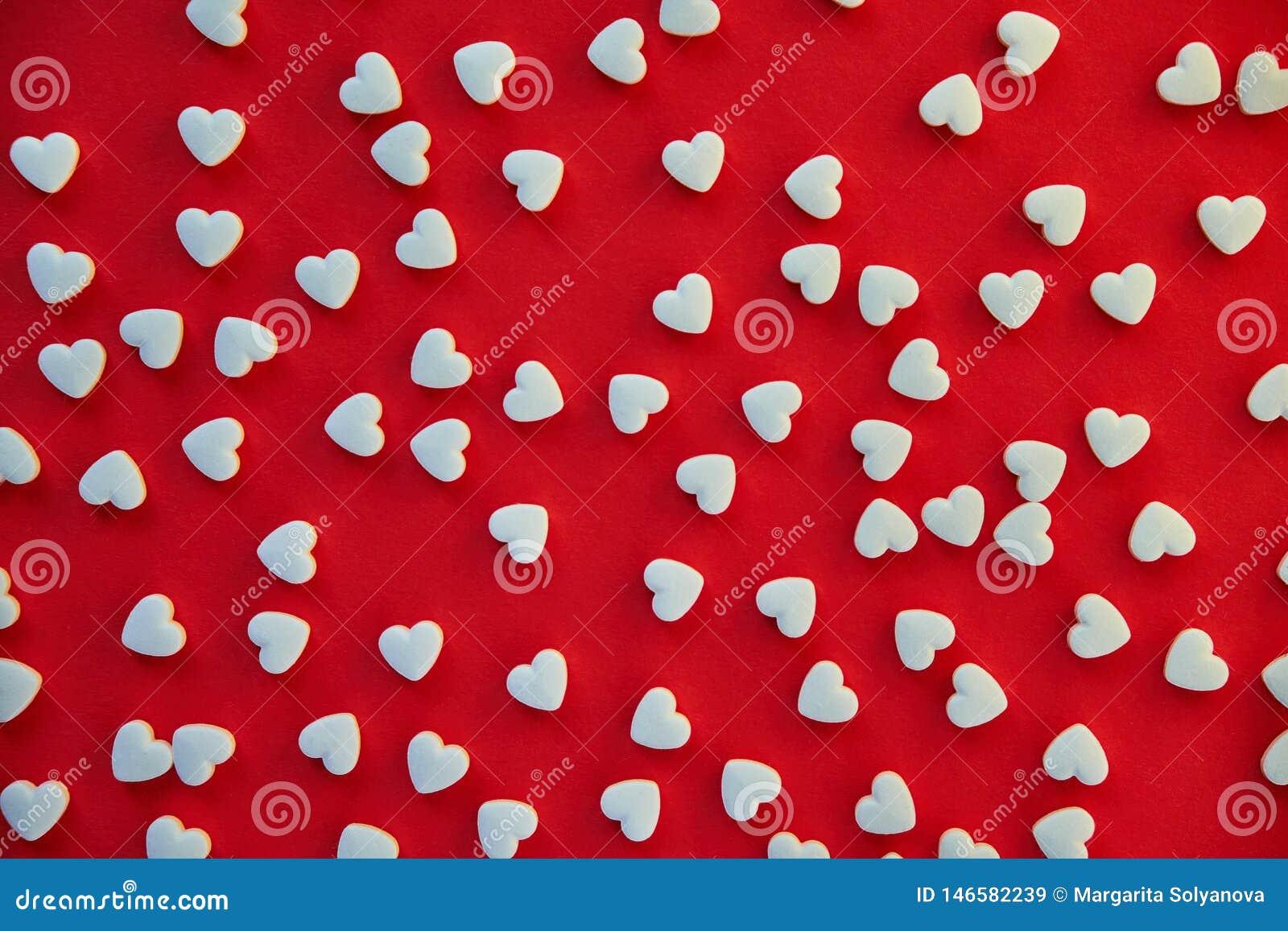 Fundo vermelho com coração branco os comprimidos dados forma Conceito do amor e da sa?de