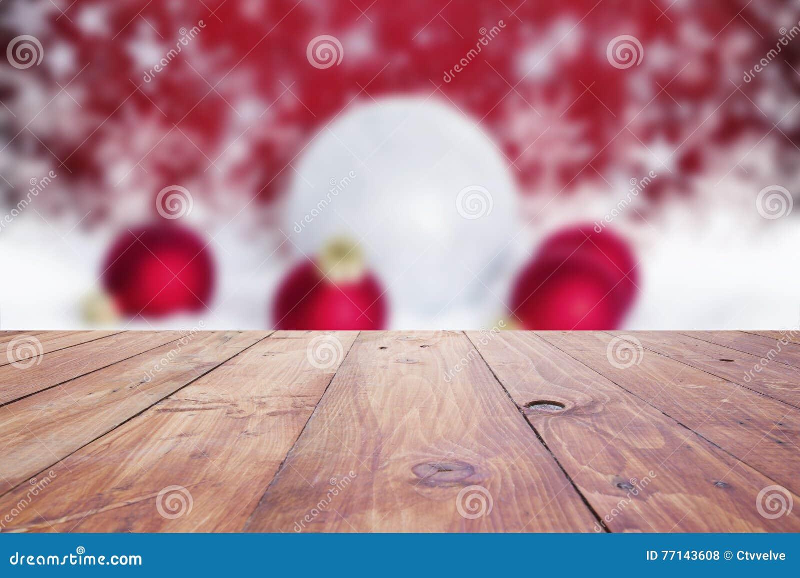 Fundo vermelho do feriado do Natal com a tabela de madeira vazia ov da plataforma
