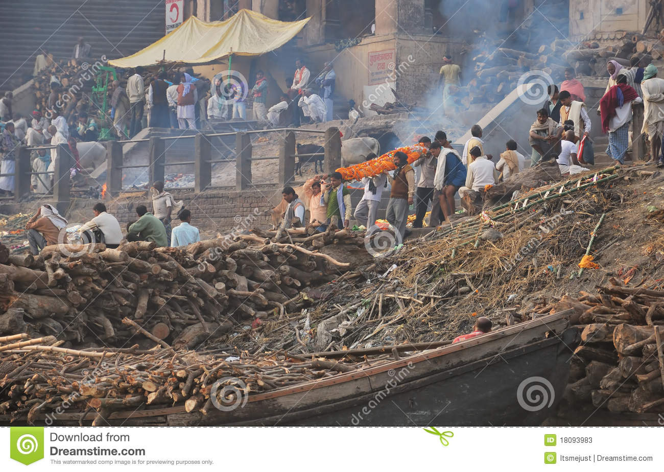 How do Hindus dispose of the bodies of the dead?