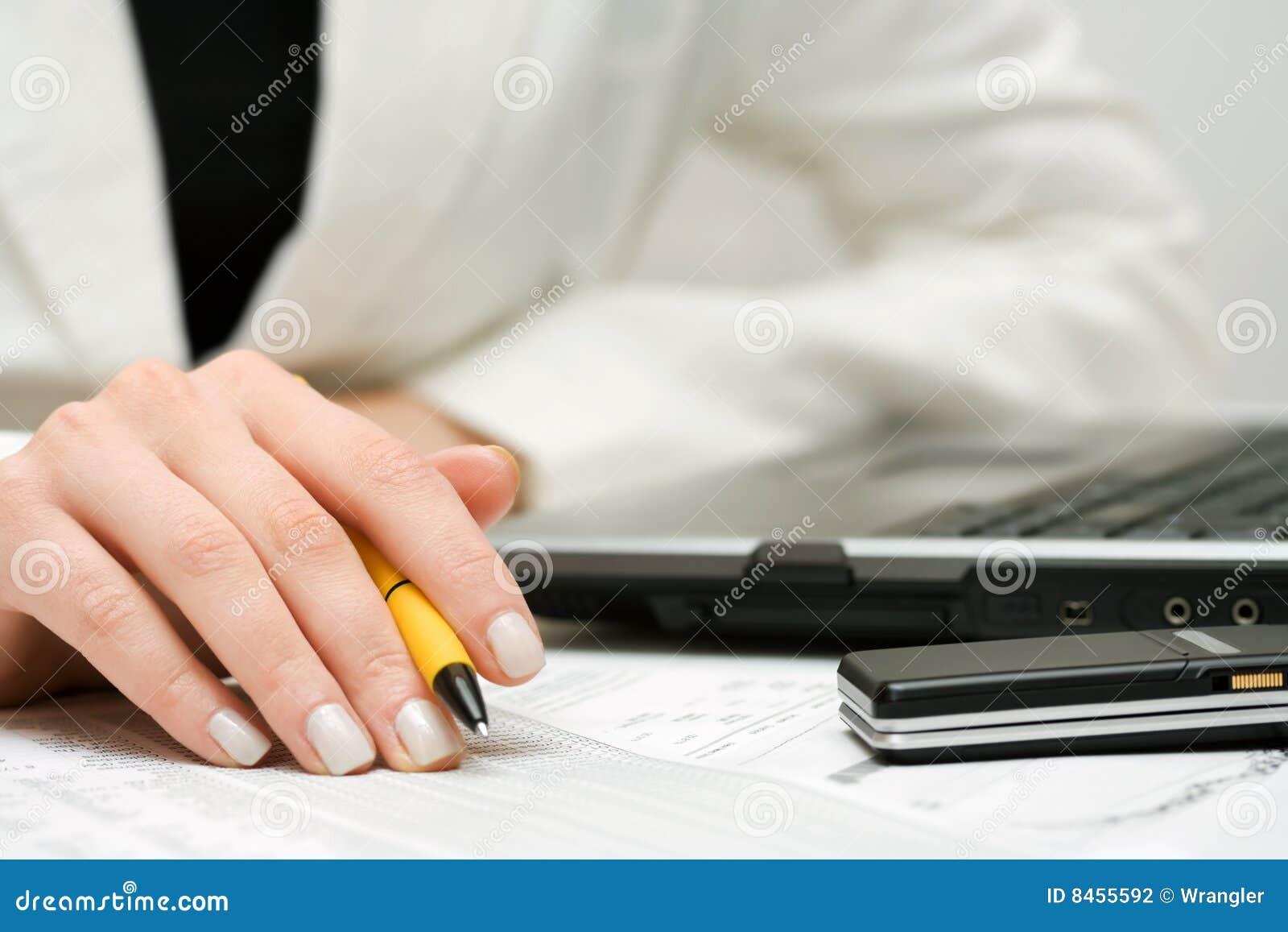 Fungera för rapporter för affärskvinna finansiellt