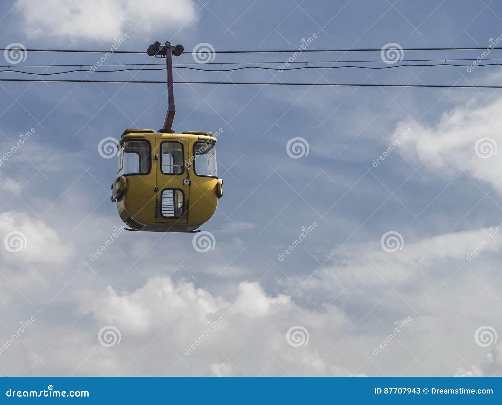 Funiculaire jaune de vintage avec le fond de ciel bleu