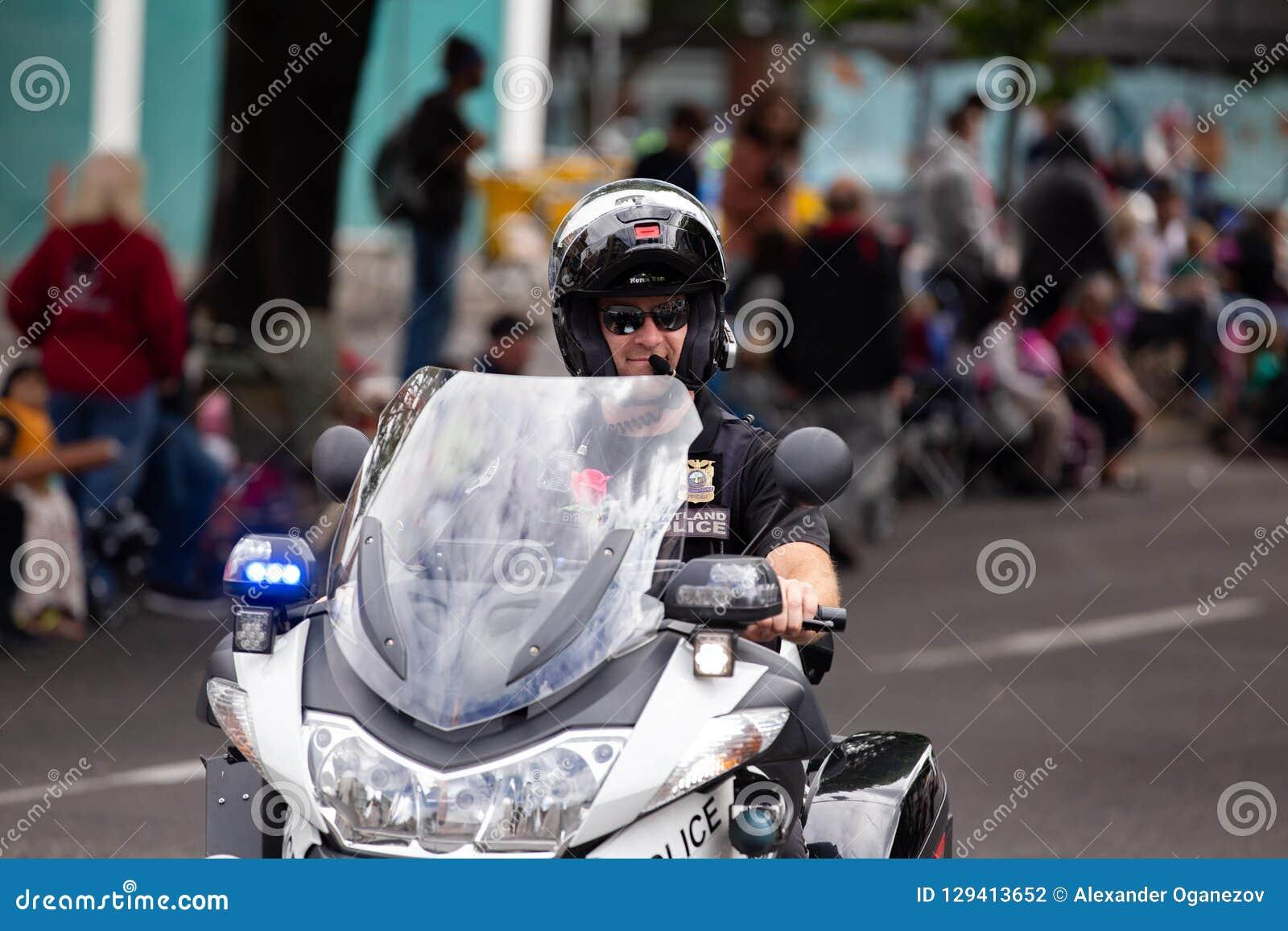 Funkcjonariusz policji na motocyklu jeżdżenia puszku ulica