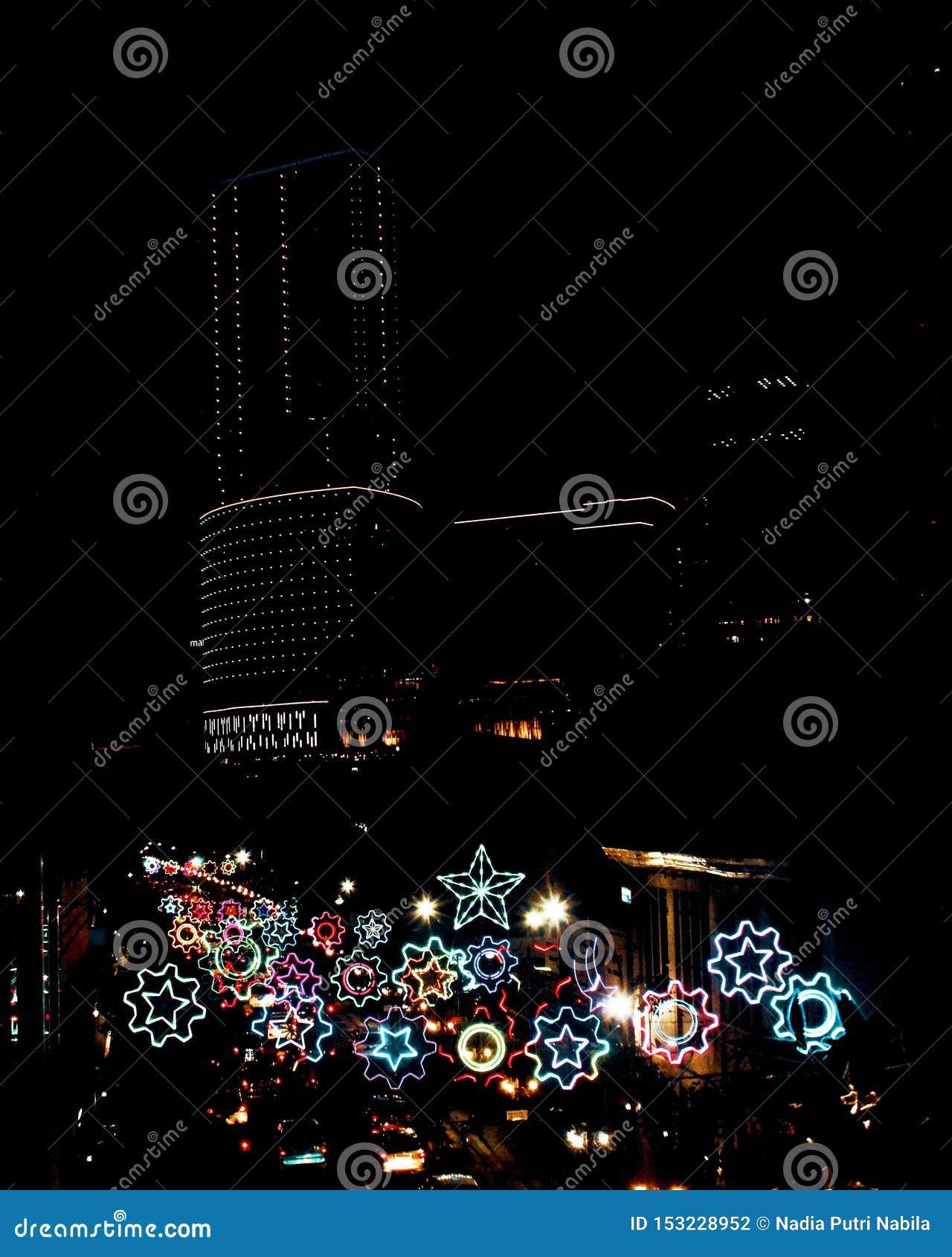 Funkelnde Neonröhrestadtnacht an Surabaya-Stadt, Indonesien