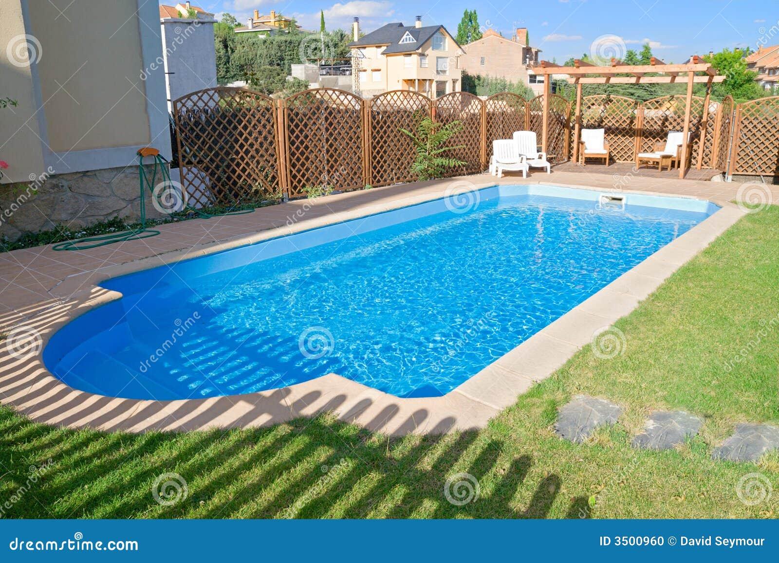 funkelndes frisches garten pool stockfoto bild von sitz garten 3500960. Black Bedroom Furniture Sets. Home Design Ideas