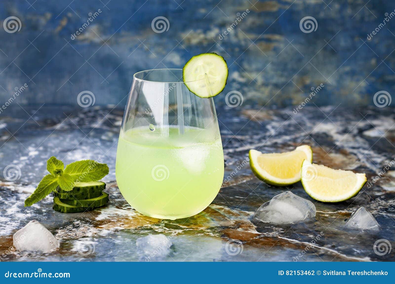 Funkelndes tadelloses Gin Tonic der Gurke sprudeln mit Aloe Vera auf Marmortabelle Kopieren Sie Platz